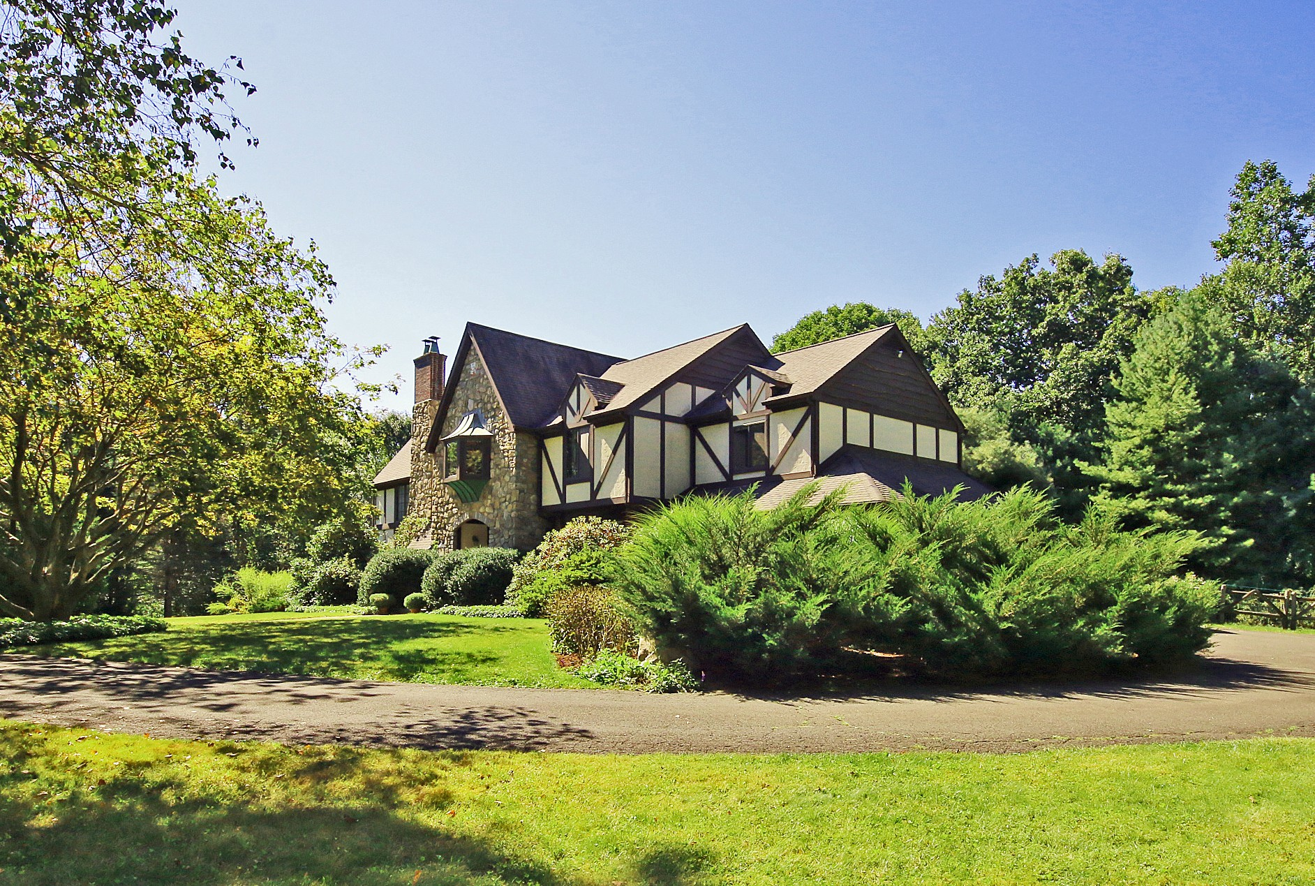 Casa Unifamiliar por un Venta en Stately English Stone Tudor 15 Tunxis Trail Redding, Connecticut, 06896 Estados Unidos