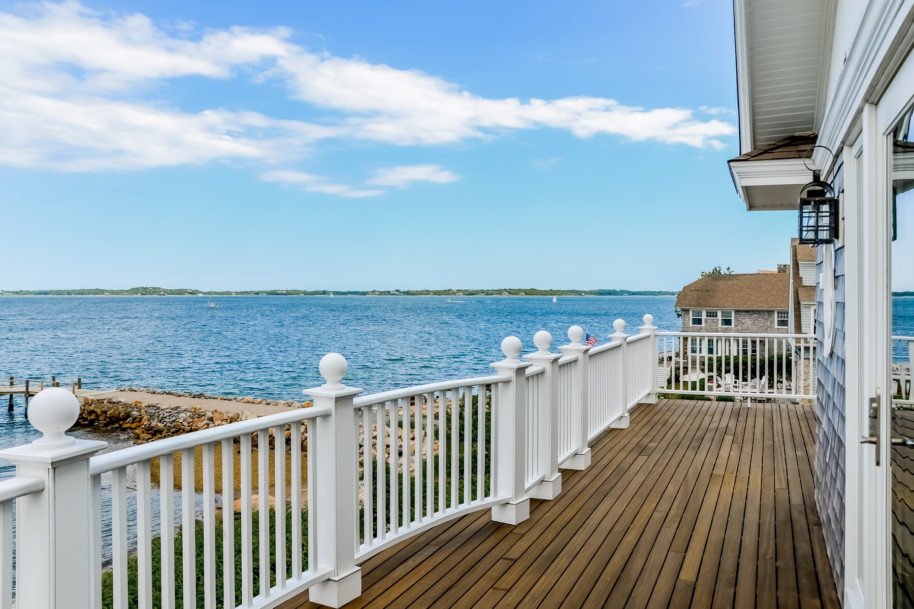 Casa Unifamiliar por un Venta en Breathtaking Water Views 159 South Shore Avenue Groton, Connecticut 06340 Estados Unidos