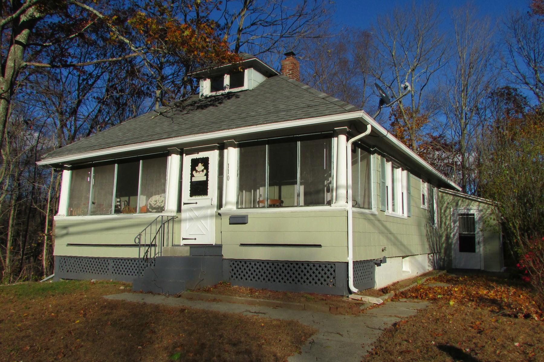 独户住宅 为 销售 在 Nicely Renovated Bungalow 110 Palmer St 诺维奇, 康涅狄格州 06360 美国