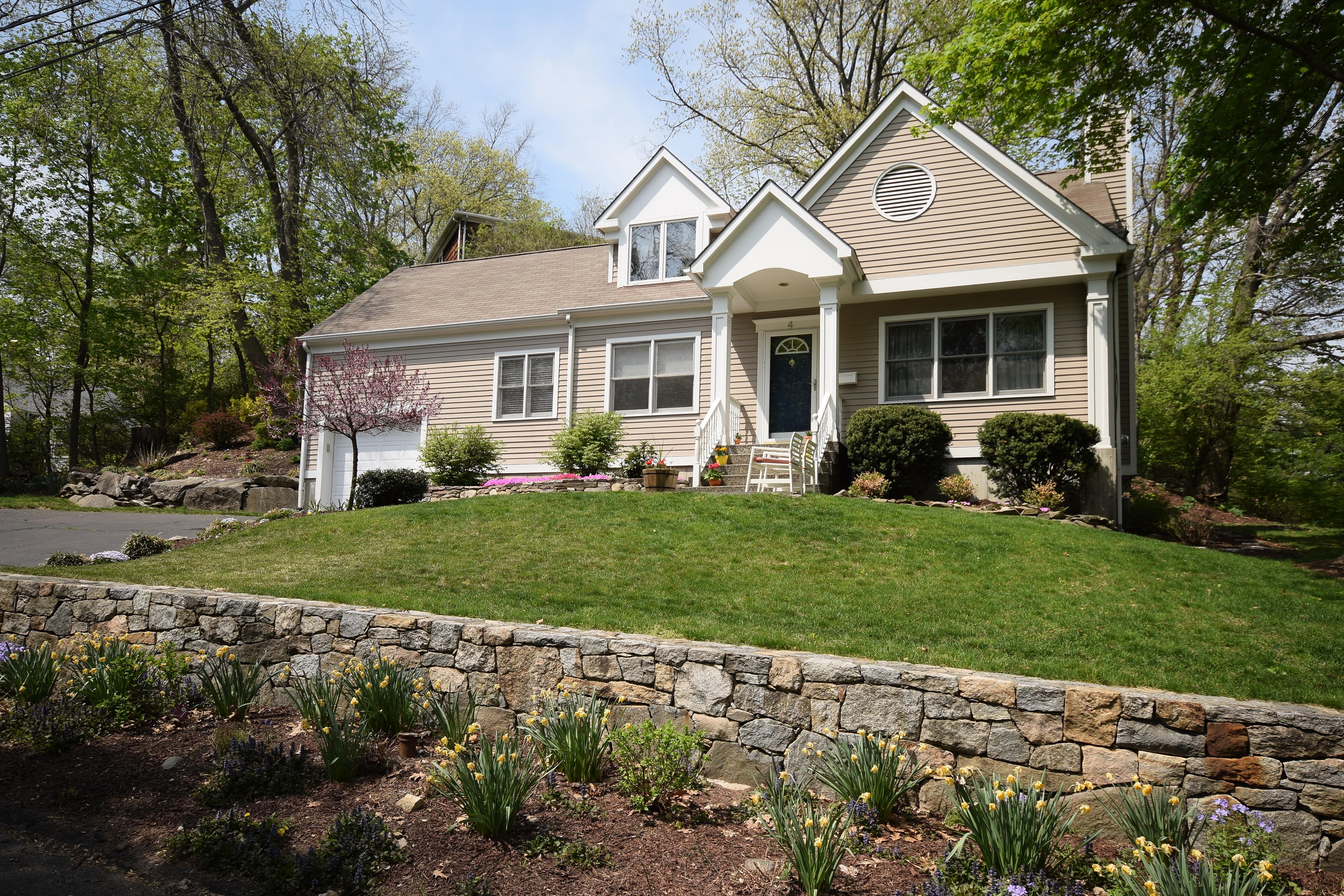Частный односемейный дом для того Продажа на Pristine Custom Cape 4 Spicewood Road Norwalk, Коннектикут 06854 Соединенные Штаты