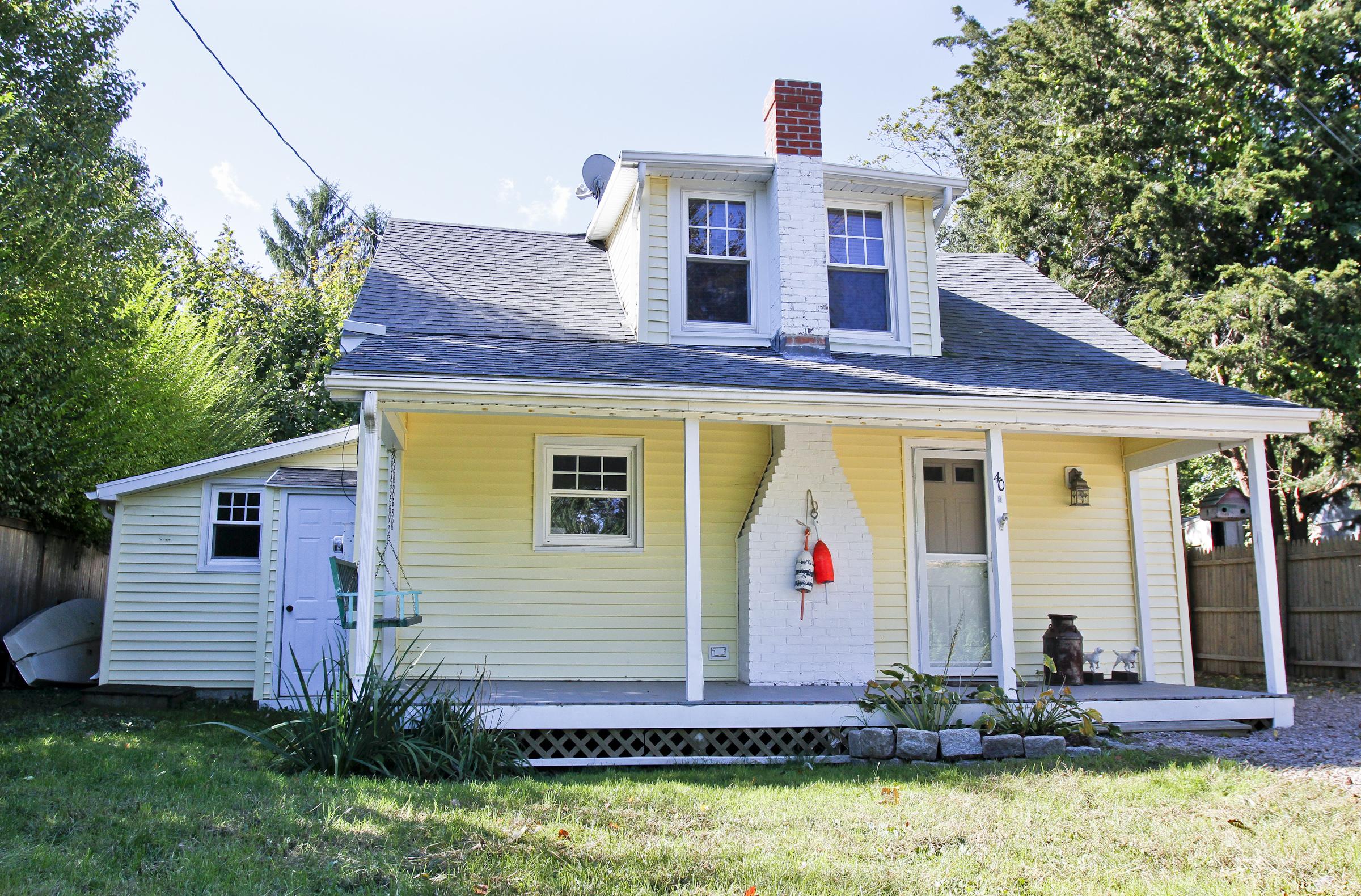 Casa Unifamiliar por un Venta en Charming Remodeled Bungalow 40a Kelsey Pl Madison, Connecticut 06443 Estados Unidos
