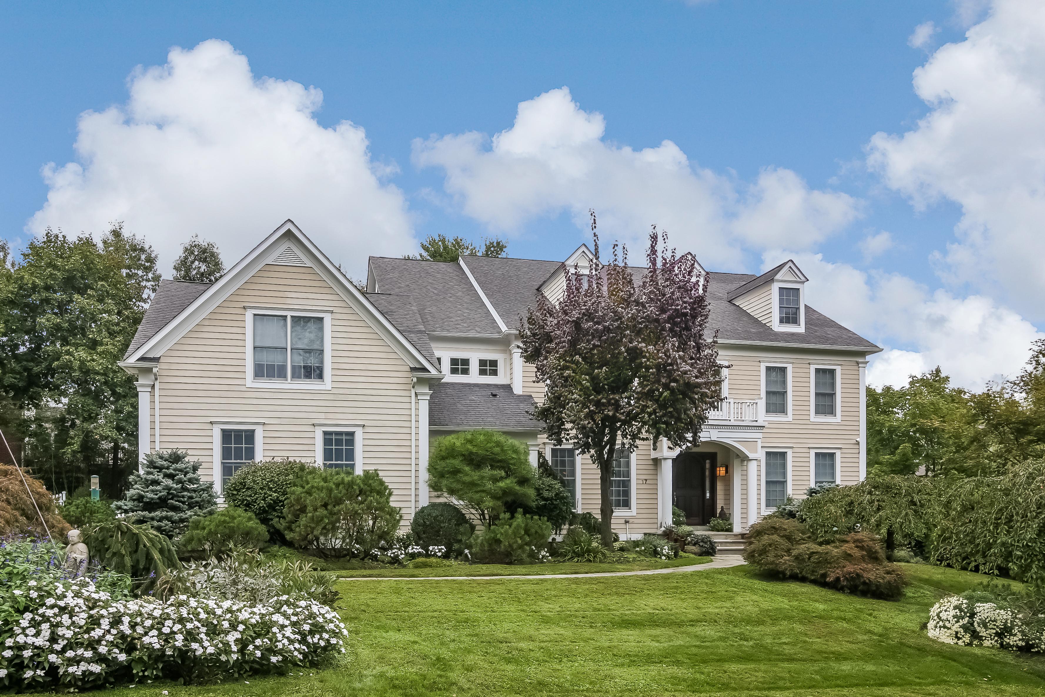 Casa para uma família para Venda às Magnificent Custom Built Colonial 17 Castle Walk Scarsdale, Nova York 10583 Estados Unidos