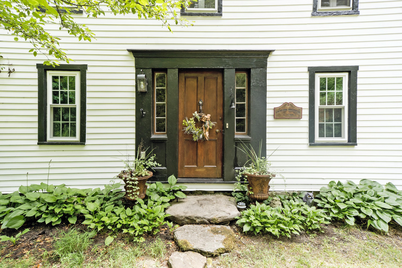 Maison unifamiliale pour l Vente à Rich in History 51 Shadow Lane Wilton, Connecticut, 06897 États-Unis