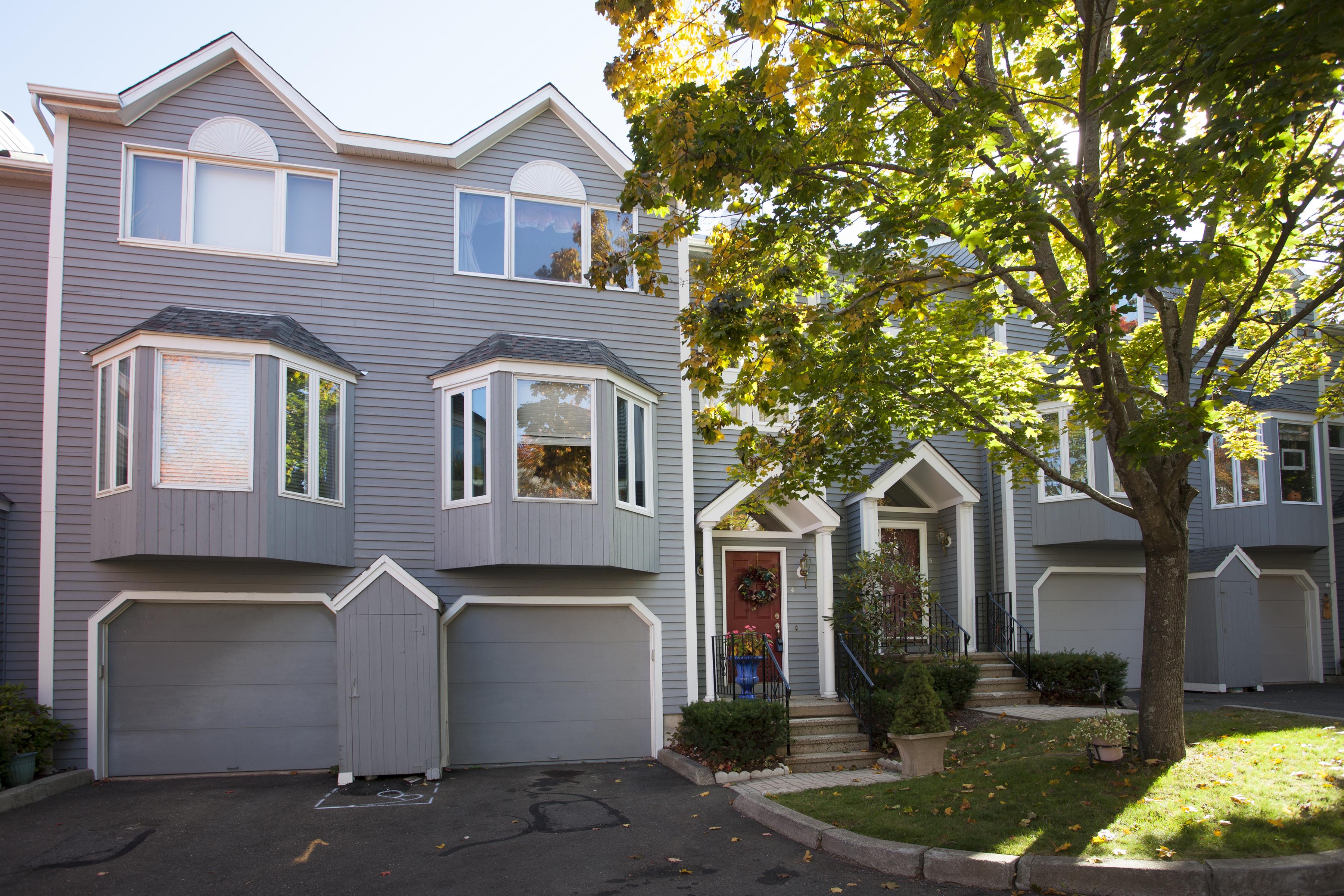 Maison de ville pour l Vente à Lovely Townhouse 8 South Street 4 Danbury, Connecticut 06810 États-Unis