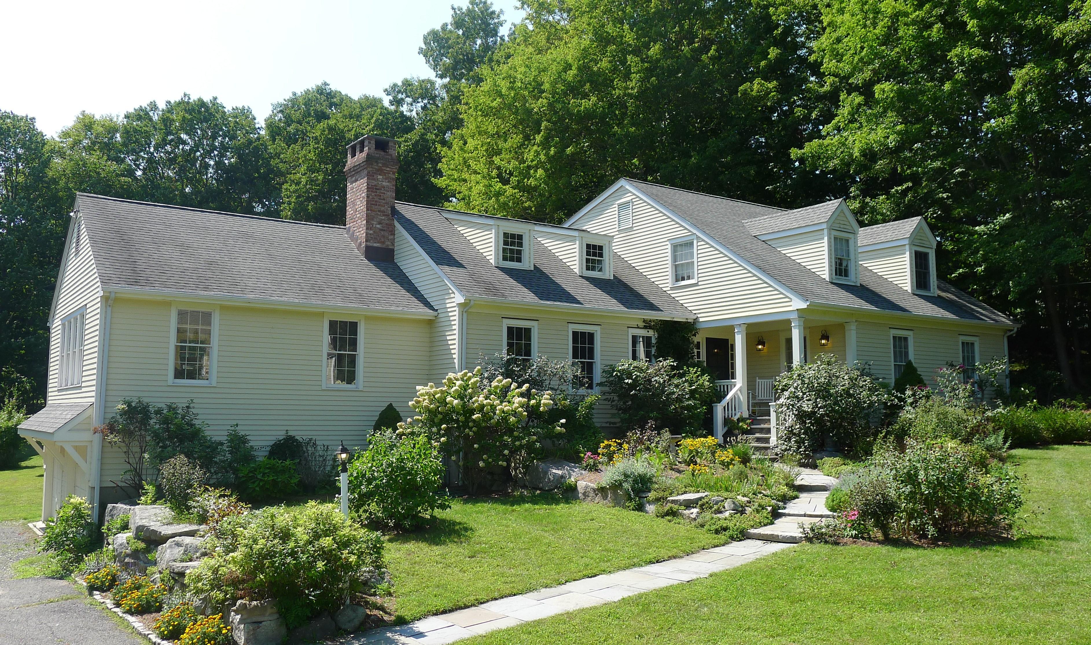 Vivienda unifamiliar por un Venta en Classic New England Expanded Cape 130 Rising Ridge Road Ridgefield, Connecticut, 06877 Estados Unidos