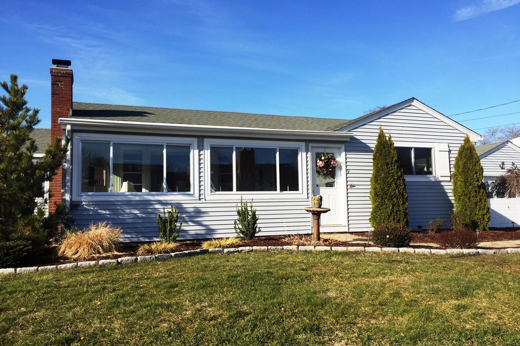Maison unifamiliale pour l Vente à Live in Fabulous Indian Town Year Round! 9 Mohican Trail Old Saybrook, Connecticut, 06475 États-Unis