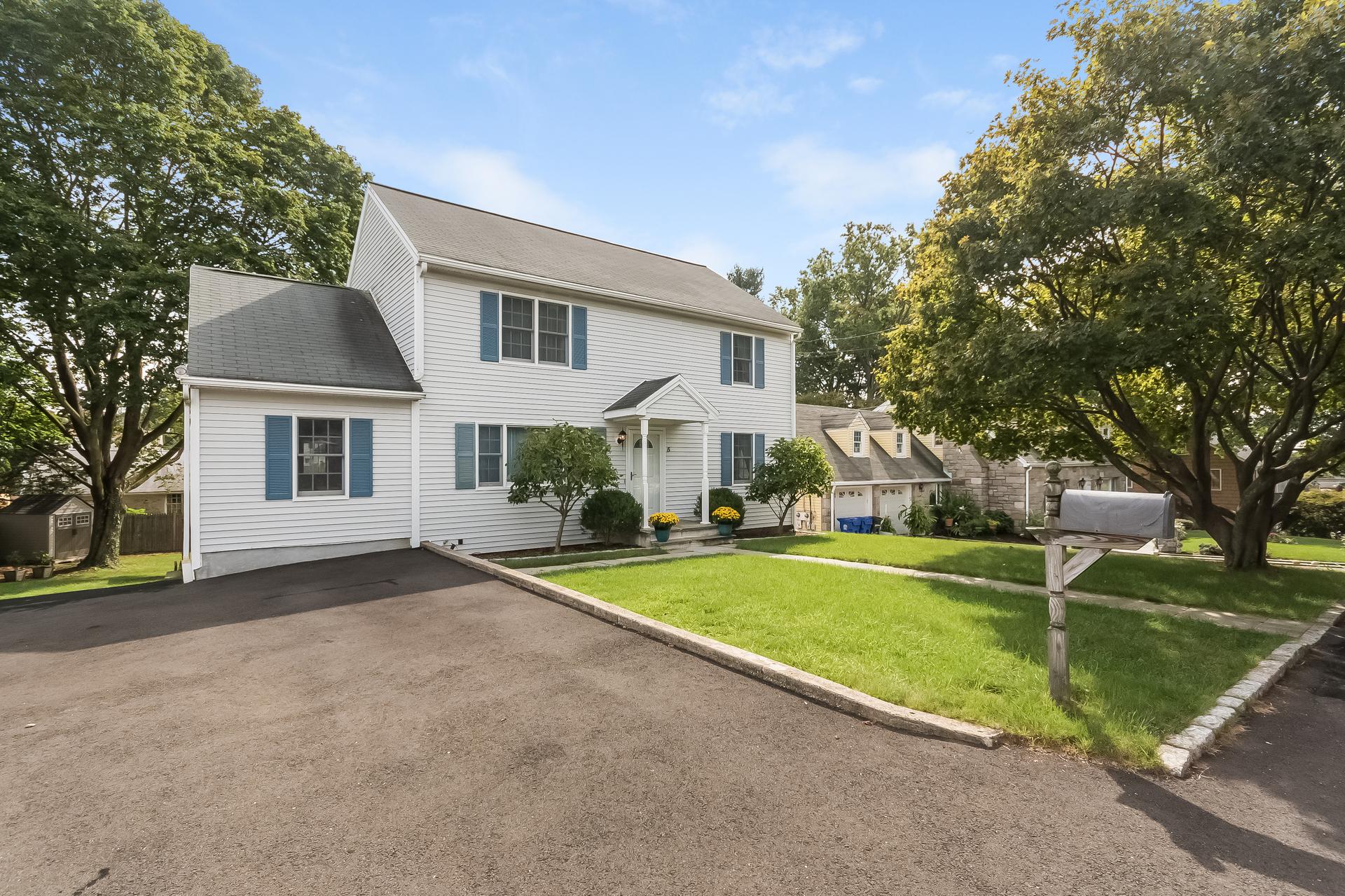 Nhà ở một gia đình vì Bán tại Turnkey Classic Colonial 5 Rockmere Road Norwalk, Connecticut, 06851 Hoa Kỳ
