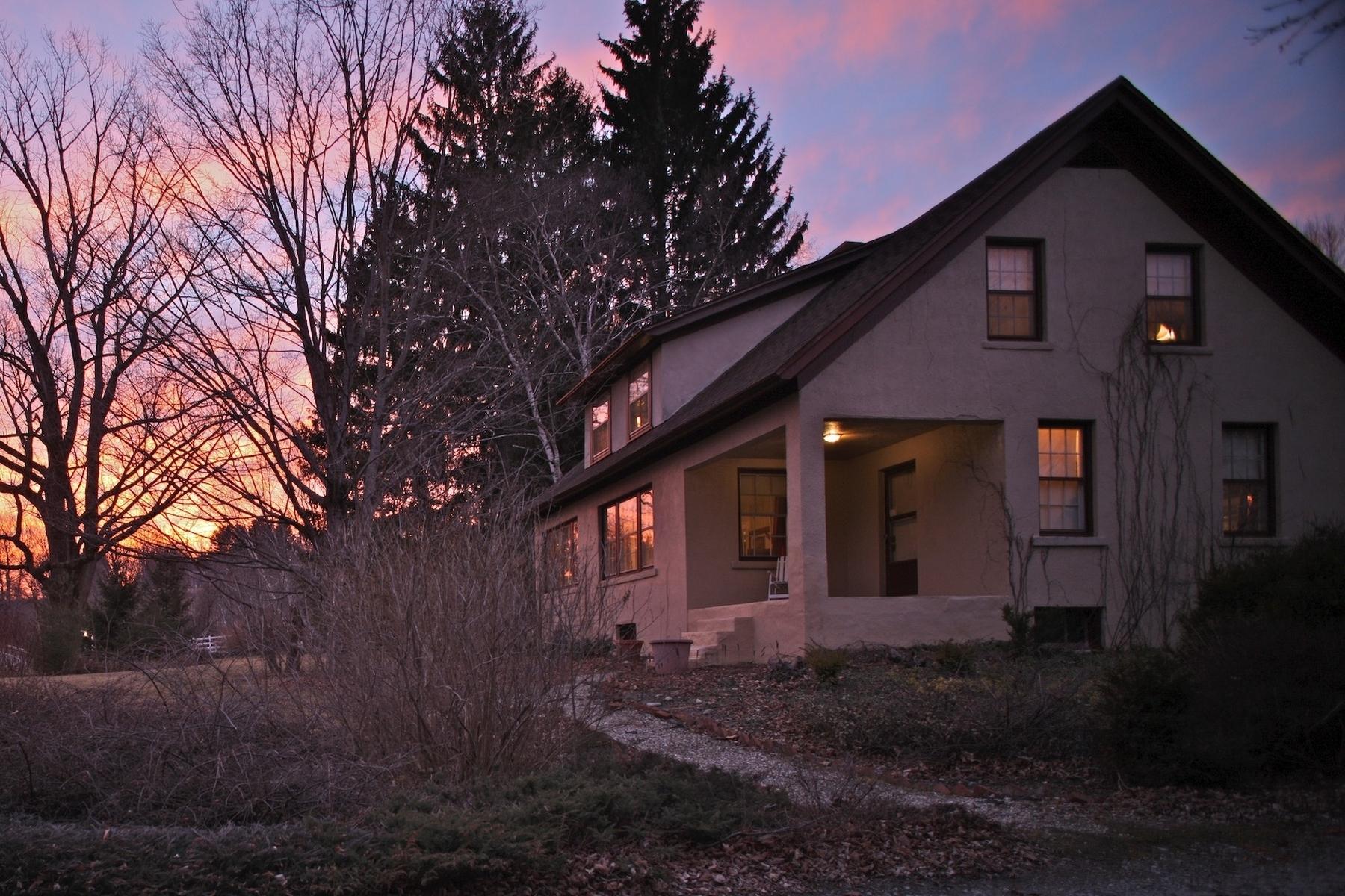 Casa Unifamiliar por un Venta en Charming Berkshire Bungalow with Artist's Studio 482 Canaan Rd Richmond, Massachusetts 01254 Estados Unidos