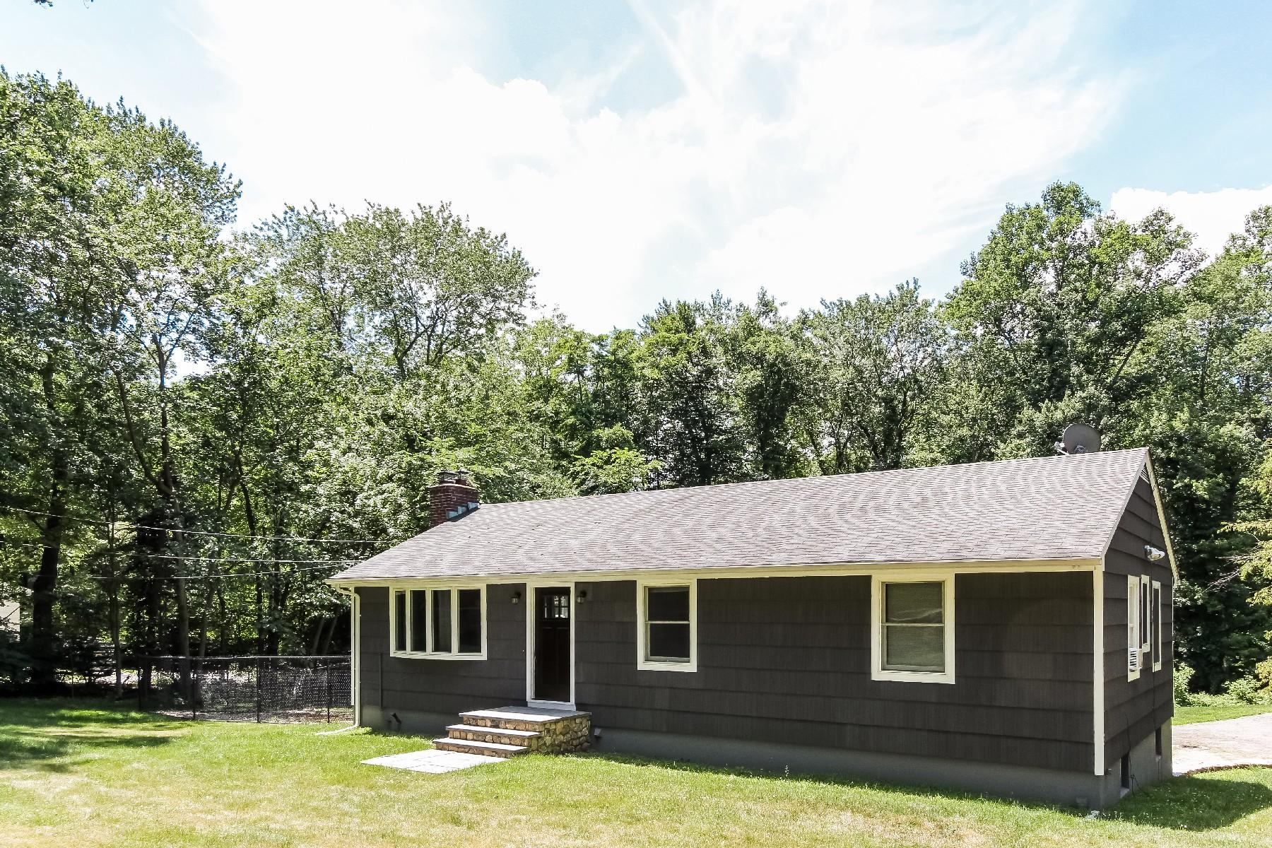 Nhà ở một gia đình vì Bán tại One-Acre West Norwalk Home 23 Little Fox Lane Norwalk, Connecticut, 06850 Hoa Kỳ
