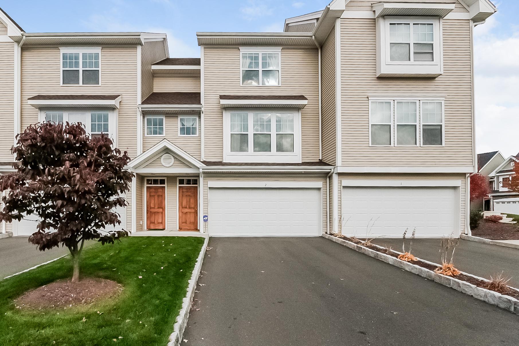 Nhà phố vì Bán tại Builders Model Townhome 2 Caldwell Terrace 2 Danbury, Connecticut 06810 Hoa Kỳ