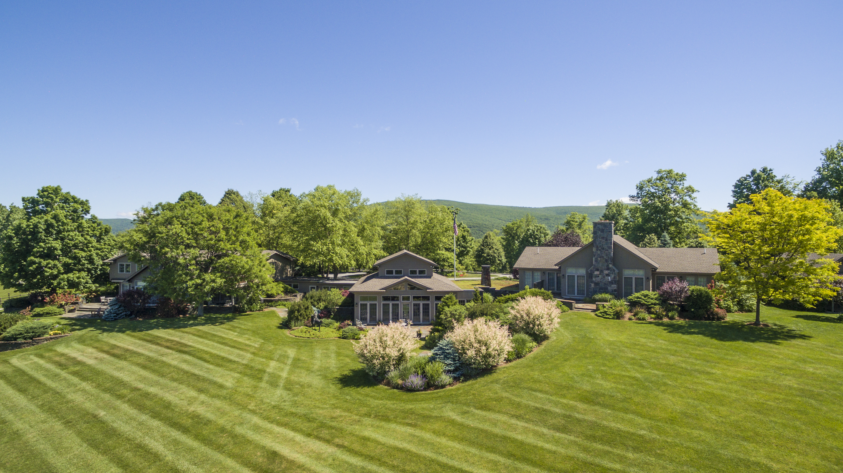Villa per Vendita alle ore Live your dream in this stunning 11.7 acre country estate with indoor pool and t 465 Stratton Rd Williamstown, Massachusetts, 01267 Stati Uniti