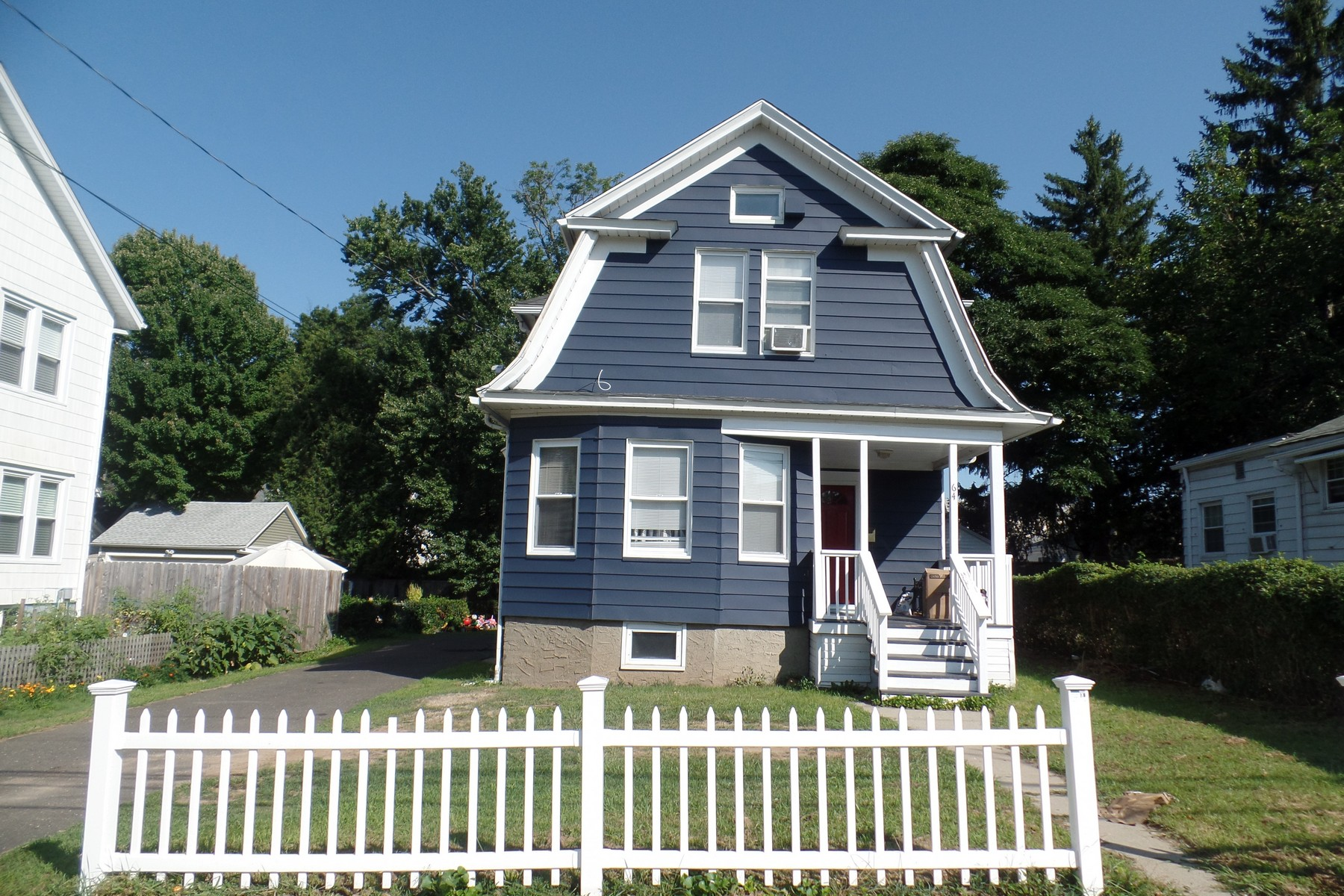 Moradia para Venda às Newly Updated Three Bedroom Home on Quiet Street in Upper North End 64 Woodmont Avenue Bridgeport, Connecticut, 06606 Estados Unidos