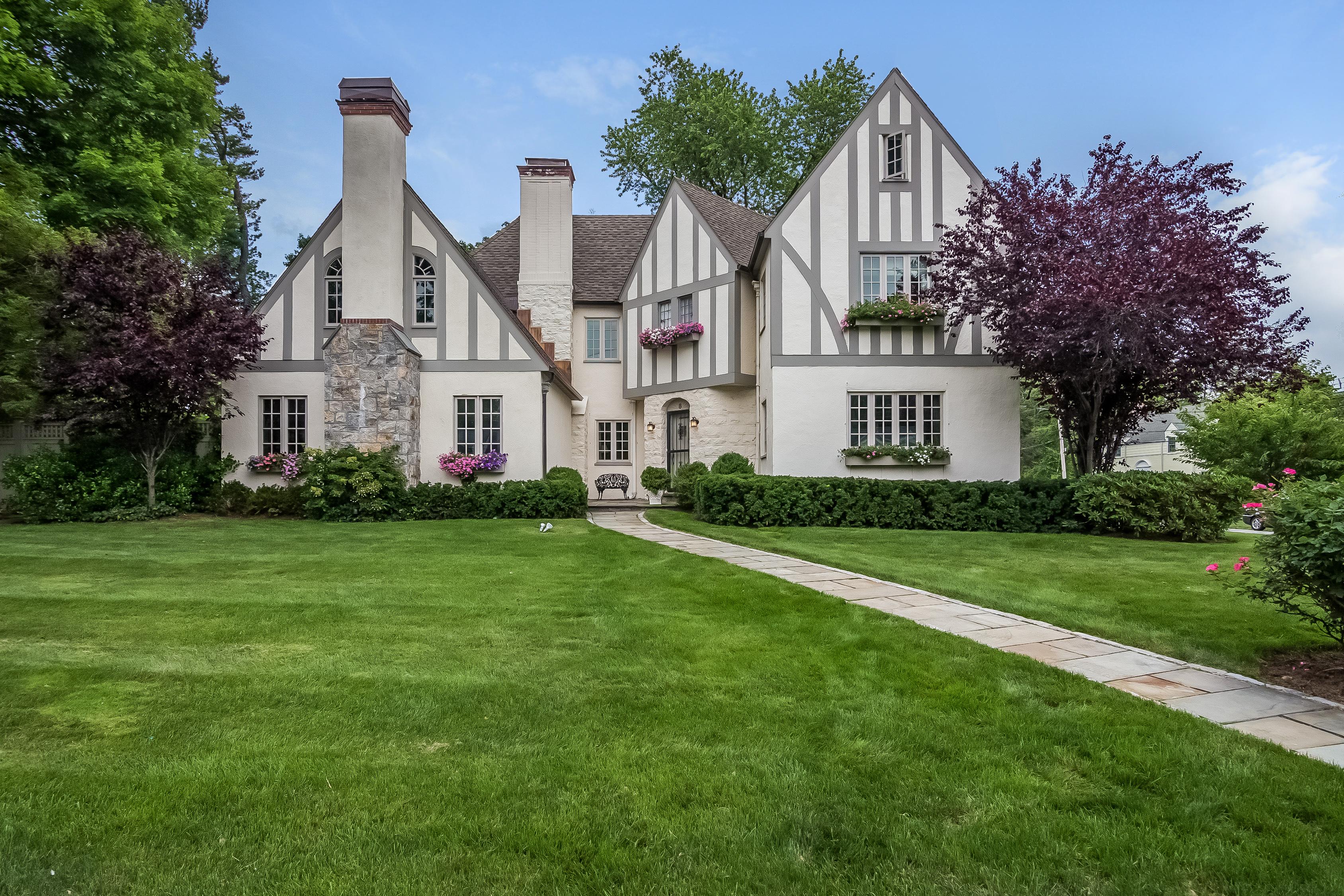 Einfamilienhaus für Verkauf beim Prime location 8 Willets Road Harrison, New York 10528 Vereinigte Staaten