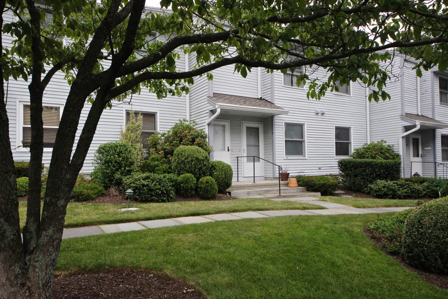 Appartement en copropriété pour l Vente à Desirable Pine Ridge 1 Wolfpit Avenue 13 Norwalk, Connecticut, 06851 États-Unis