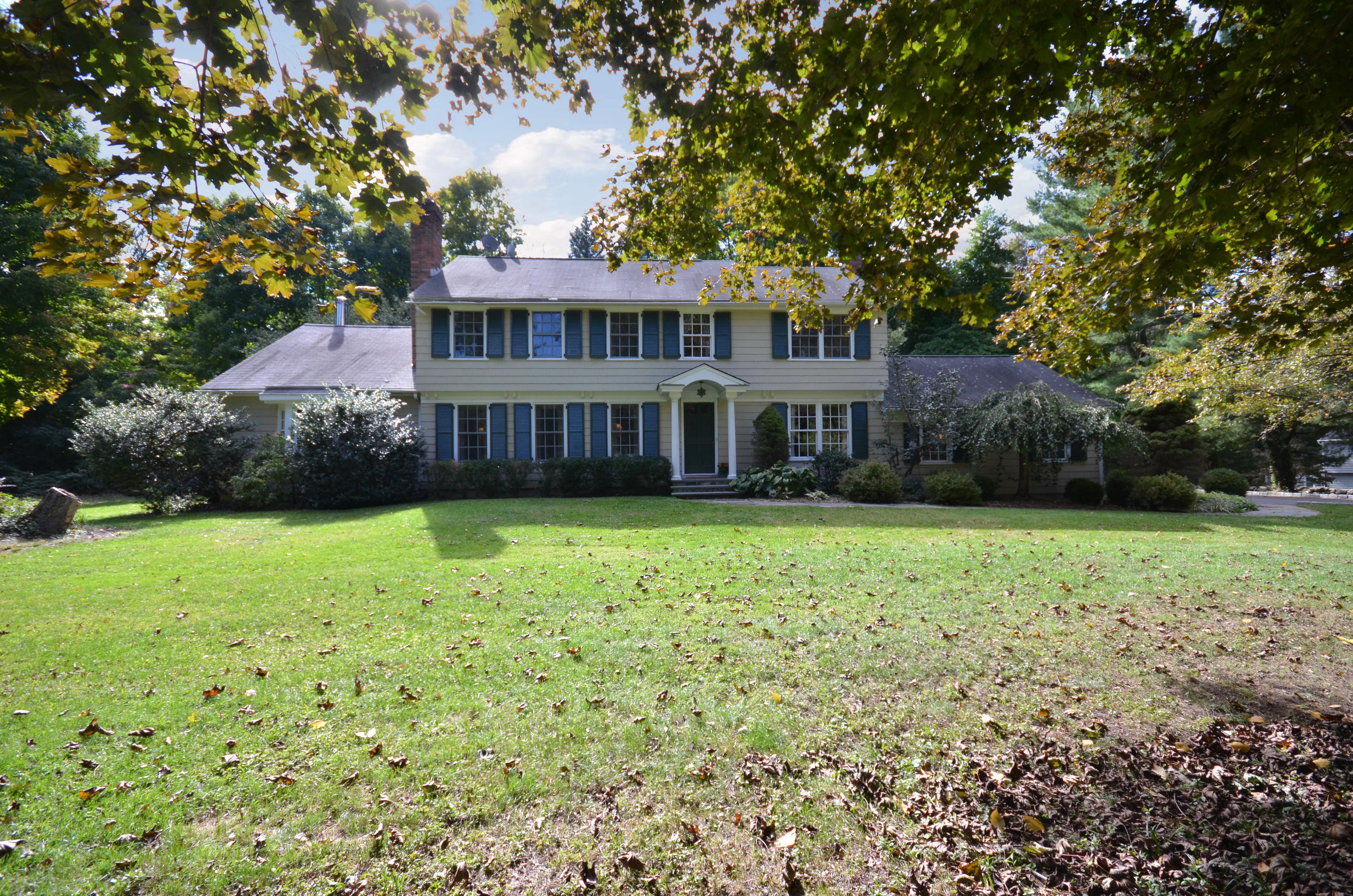 Nhà ở một gia đình vì Bán tại Desirable Cul-de-Sac Location 23 Old Musket Lane Ridgefield, Connecticut 06877 Hoa Kỳ