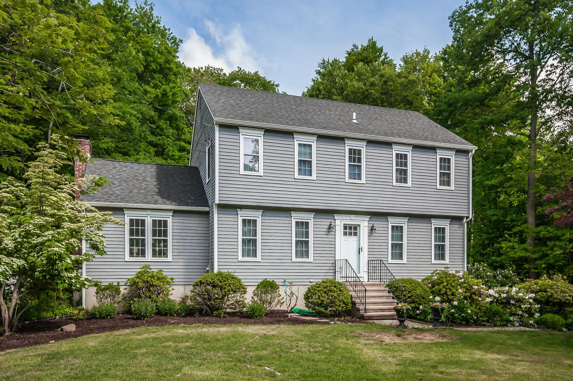 Casa Unifamiliar por un Venta en Bright and Updated Colonial! 32 Bartlett Dr Madison, Connecticut 06443 Estados Unidos