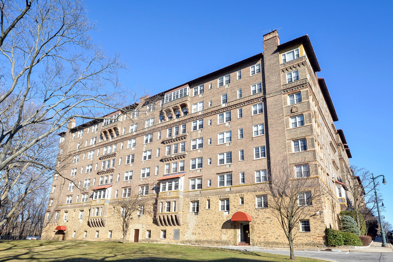 Mietervereinswohnung für Verkauf beim Sunny Spacious Co-op 16 North Chatsworth Avenue 203 Larchmont, New York, 10538 Vereinigte Staaten