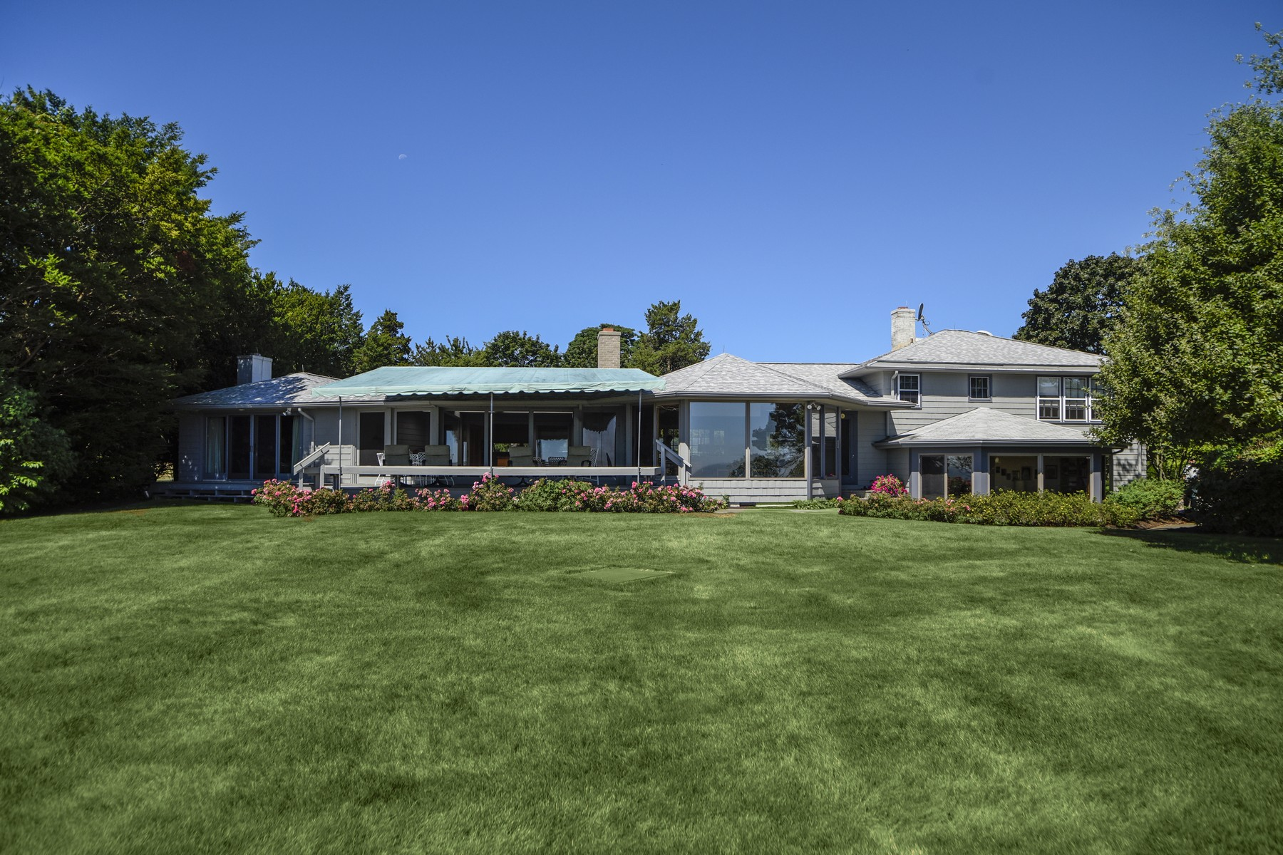 Casa Unifamiliar por un Venta en Mid Century Modern Style Waterfront Home 11 West Ln East Lyme, Connecticut, 06357 Estados Unidos
