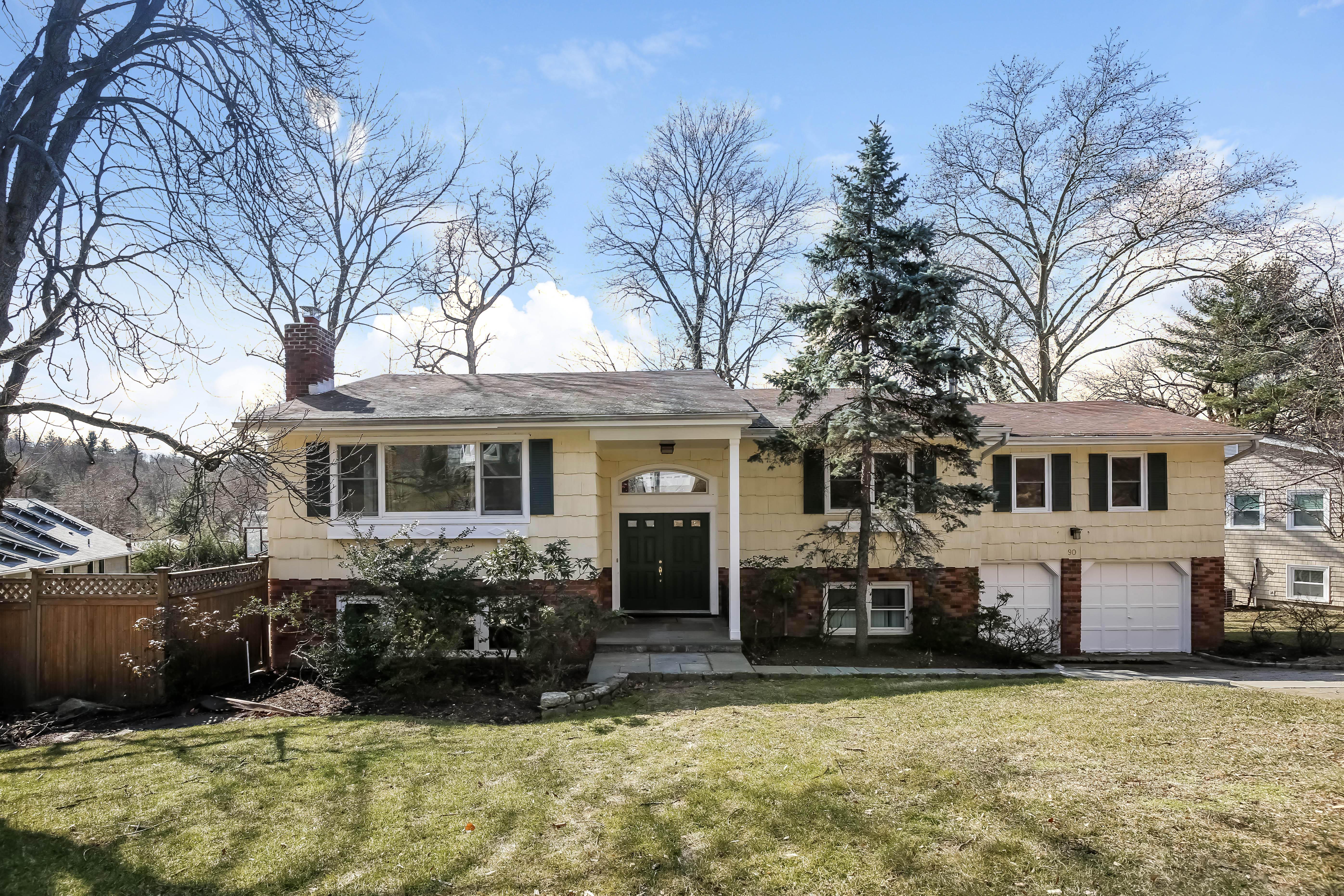 独户住宅 为 销售 在 Comfortable Layout 90 Sycamore Lane 欧文顿, 纽约州, 10533 美国