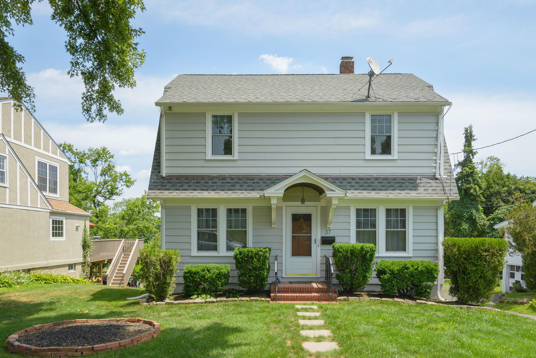 Maison unifamiliale pour l Vente à Classic Colonial 37 Olive Street Danbury, Connecticut, 06810 États-Unis