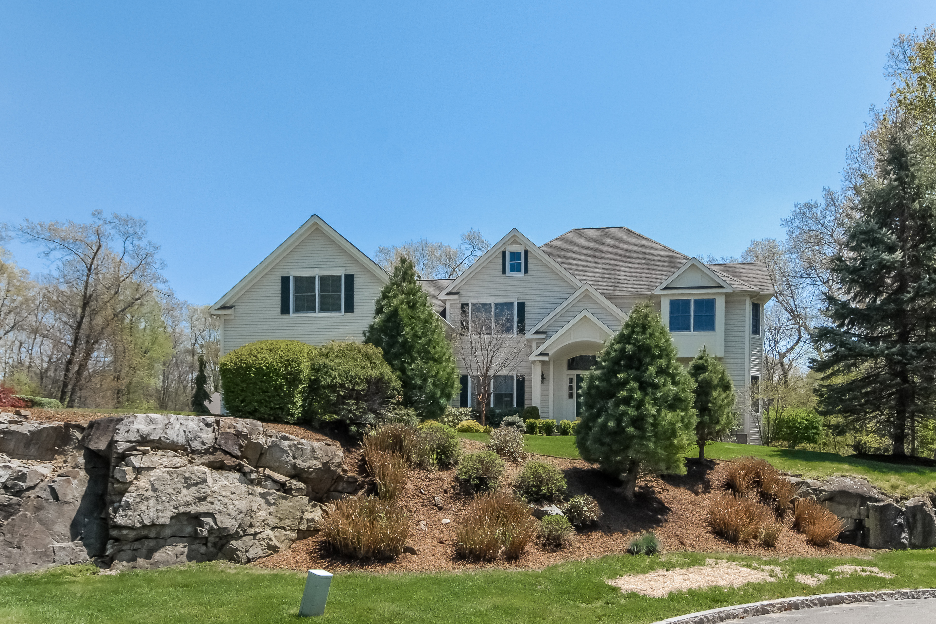단독 가정 주택 용 매매 에 Sophisticated Home For Gracious Living 11 Woodstone Court Danbury, 코네티컷, 06811 미국