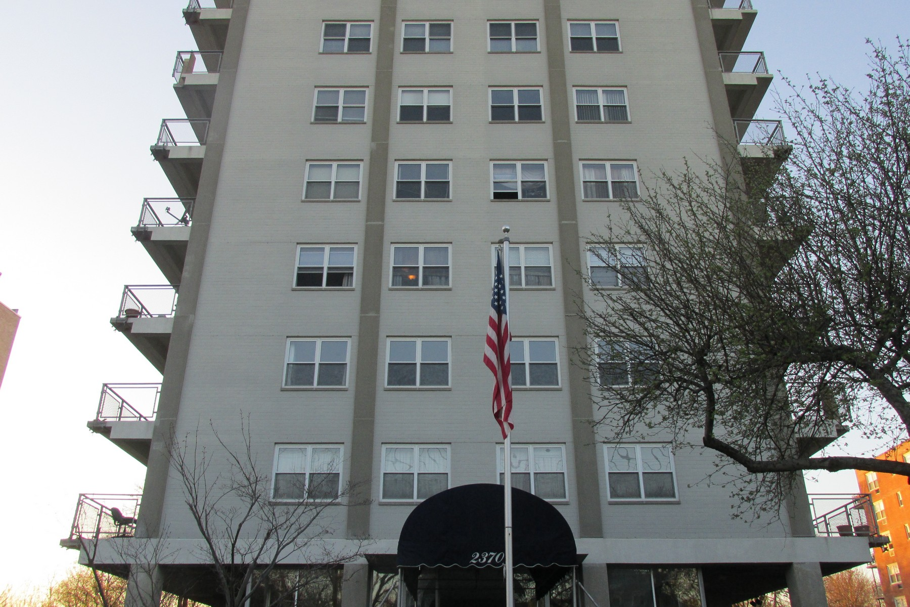 para Venda às Beautiful 8th Floor End Unit 2370 North Avenue 8B Bridgeport, Connecticut, 06604 Estados Unidos