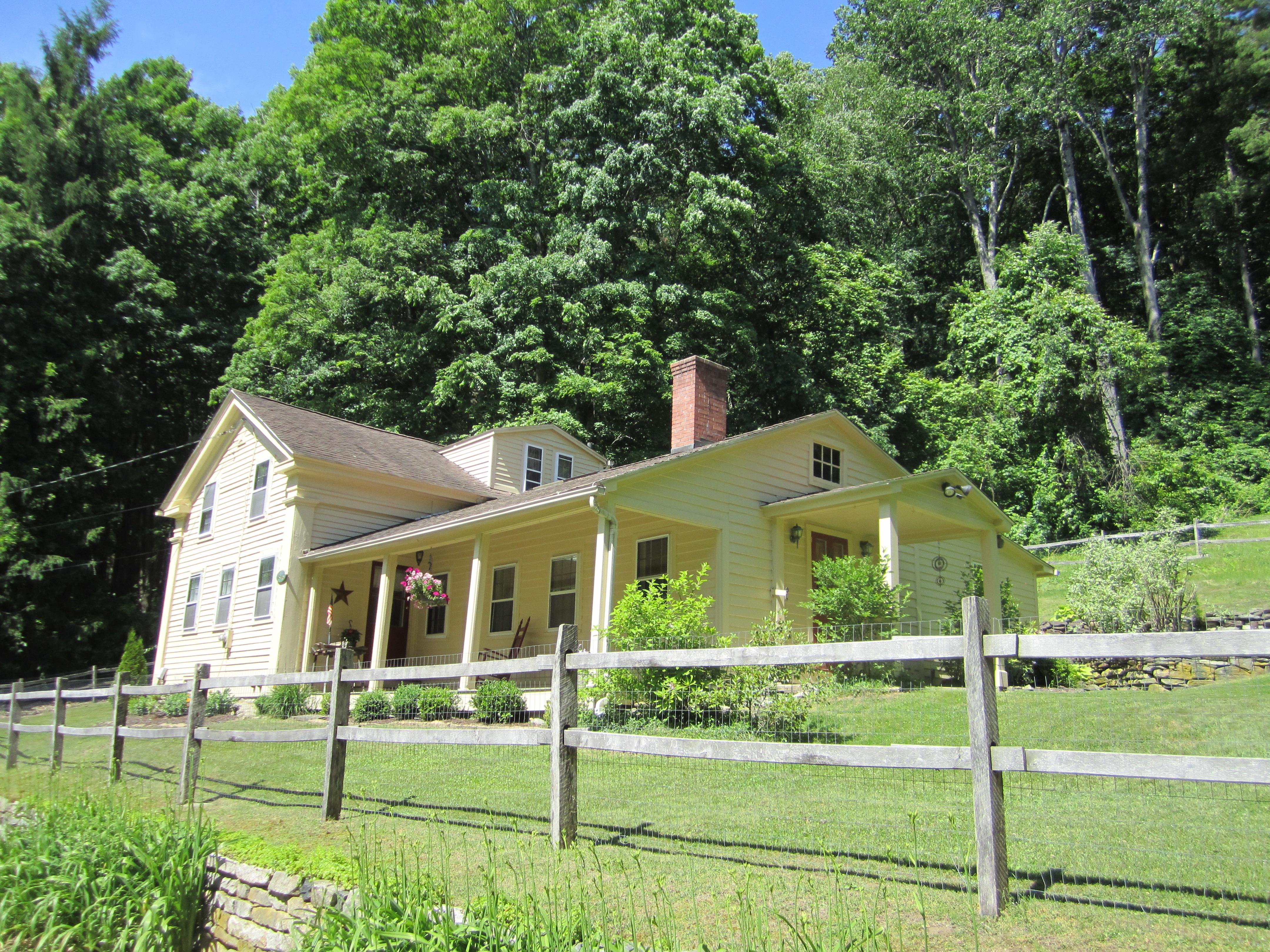 Casa Unifamiliar por un Venta en Cozy Retreat 90 Cornwall Hollow Rd Cornwall, Connecticut, 06796 Estados Unidos