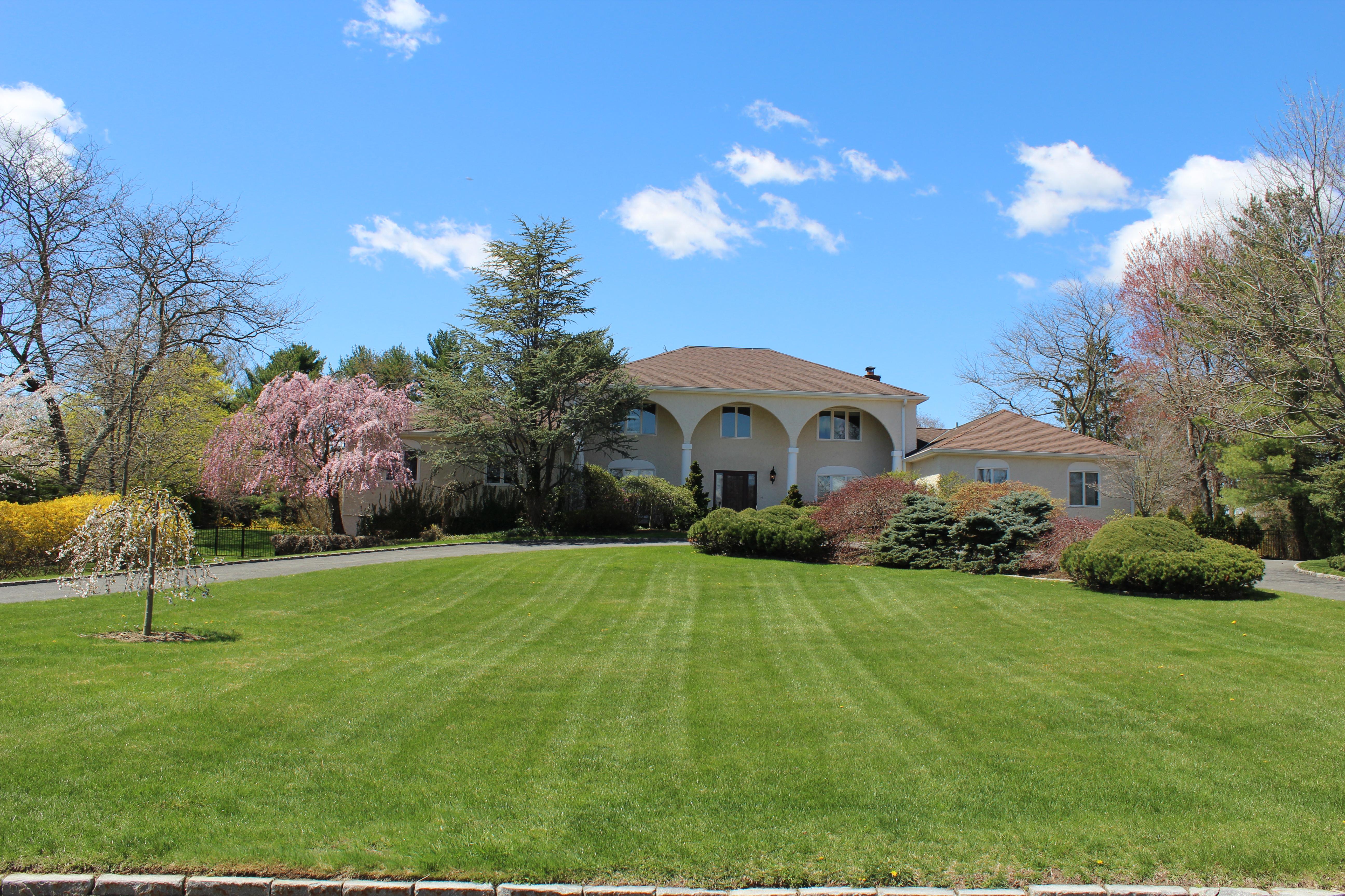 Nhà ở một gia đình vì Bán tại 20 Rolling Hills Lane Harrison, New York 10528 Hoa Kỳ