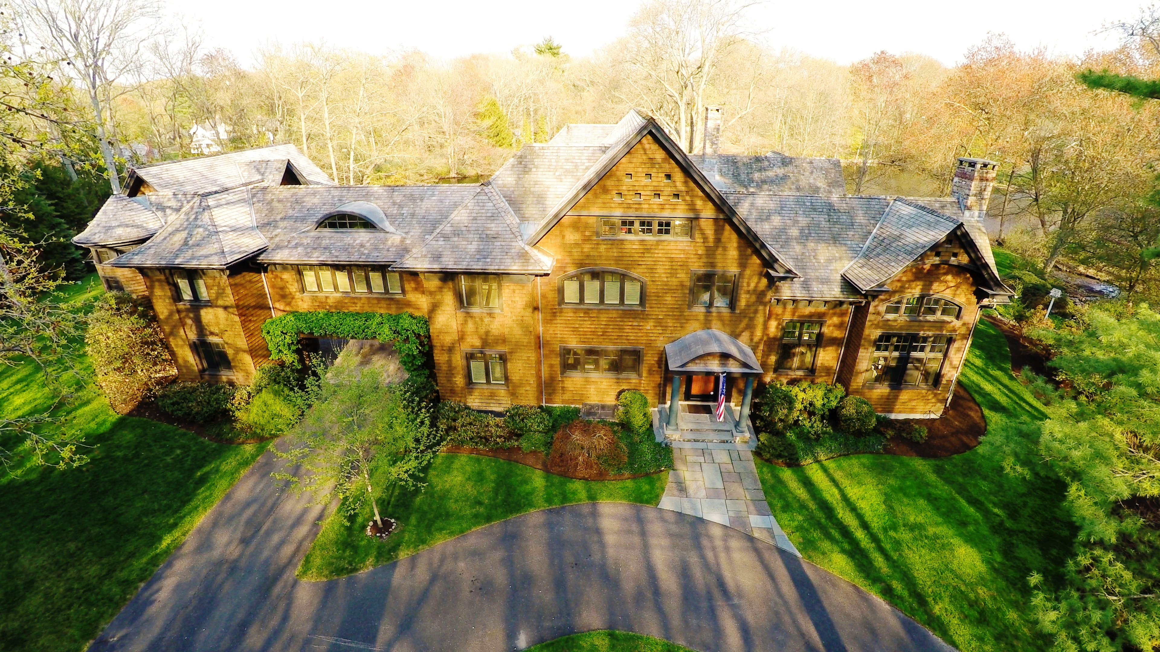 "Maison unifamiliale pour l Vente à ""Exceptional"" Custom Shingle Style Home on 2 Lush Acres Designed by Acclaimed Ar 2 Driftway Lane Darien, Connecticut 06820 États-Unis"