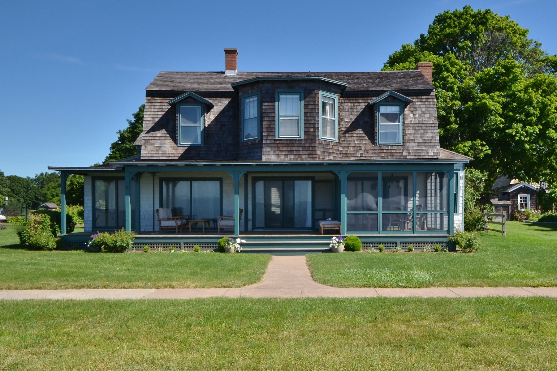 "Casa Unifamiliar por un Venta en Classic Waterfront Fenwick ""Cottage"" 25 Pettipaug Ave. Old Saybrook, Connecticut, 06475 Estados Unidos"