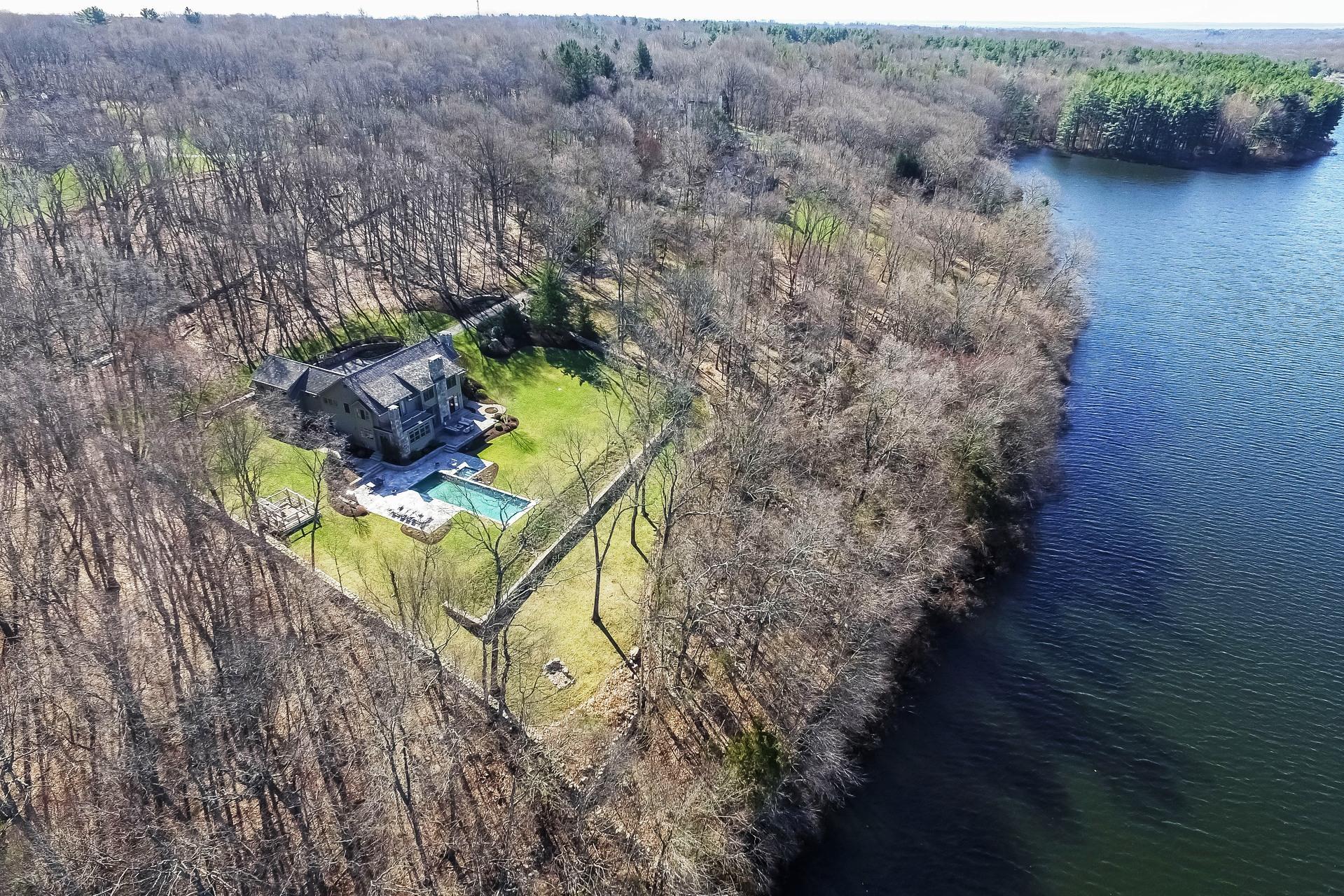 Maison unifamiliale pour l Vente à In a Class by Itself 65 Edgewater Drive Wilton, Connecticut, 06897 États-Unis