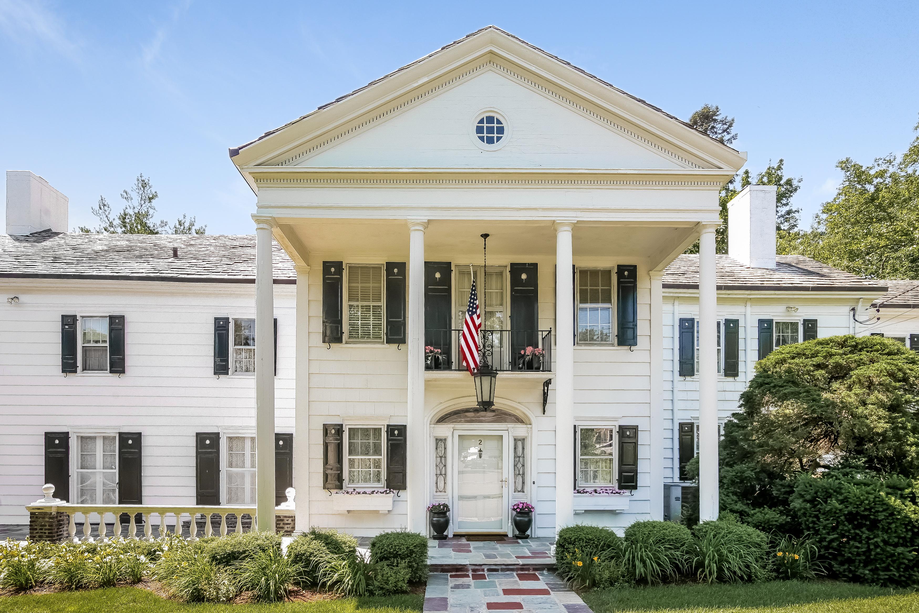 独户住宅 为 销售 在 Classic home 2 Elm Hill Drive Rye Brook, 纽约州 10573 美国