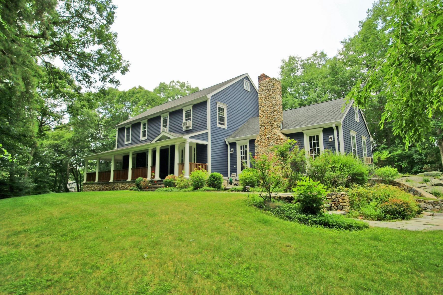Casa Unifamiliar por un Venta en Sophisticated Colonial 53 Ravenwood Drive Weston, Connecticut, 06883 Estados Unidos