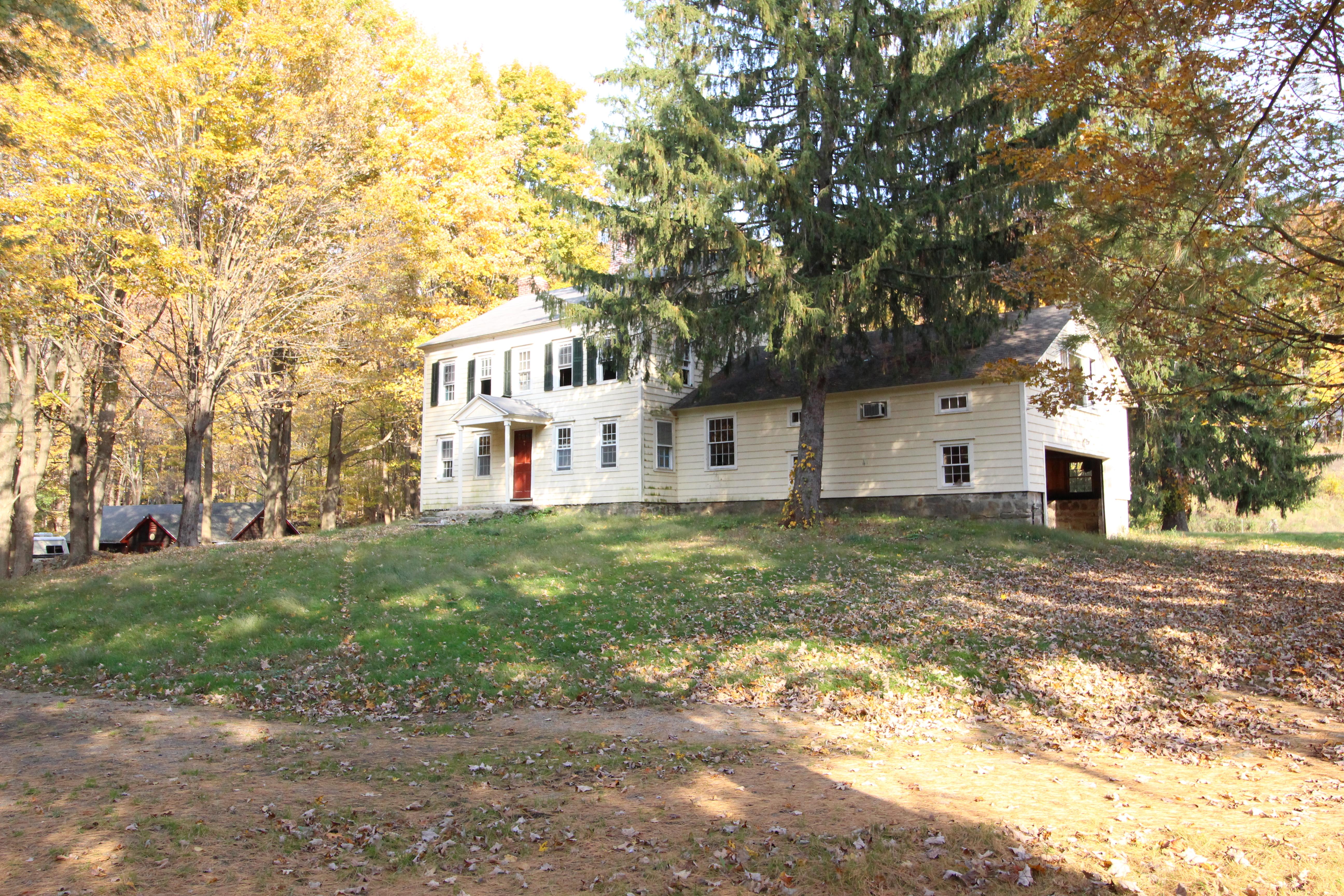 Casa Unifamiliar por un Venta en Pastoral Property-Unbeatable Location 7 Waterbury Street Weston, Connecticut, 06883 Estados Unidos