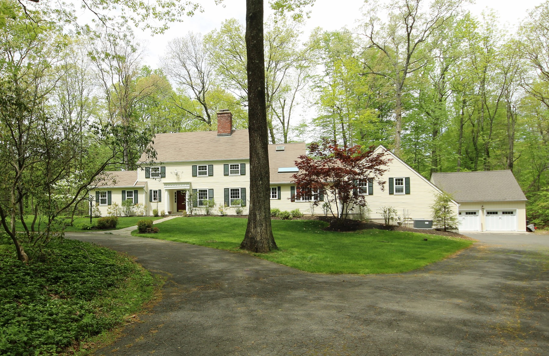 Casa Unifamiliar por un Venta en Sprawling Home on 2 Level Acres 14 Pelham Lane Ridgefield, Connecticut, 06877 Estados Unidos