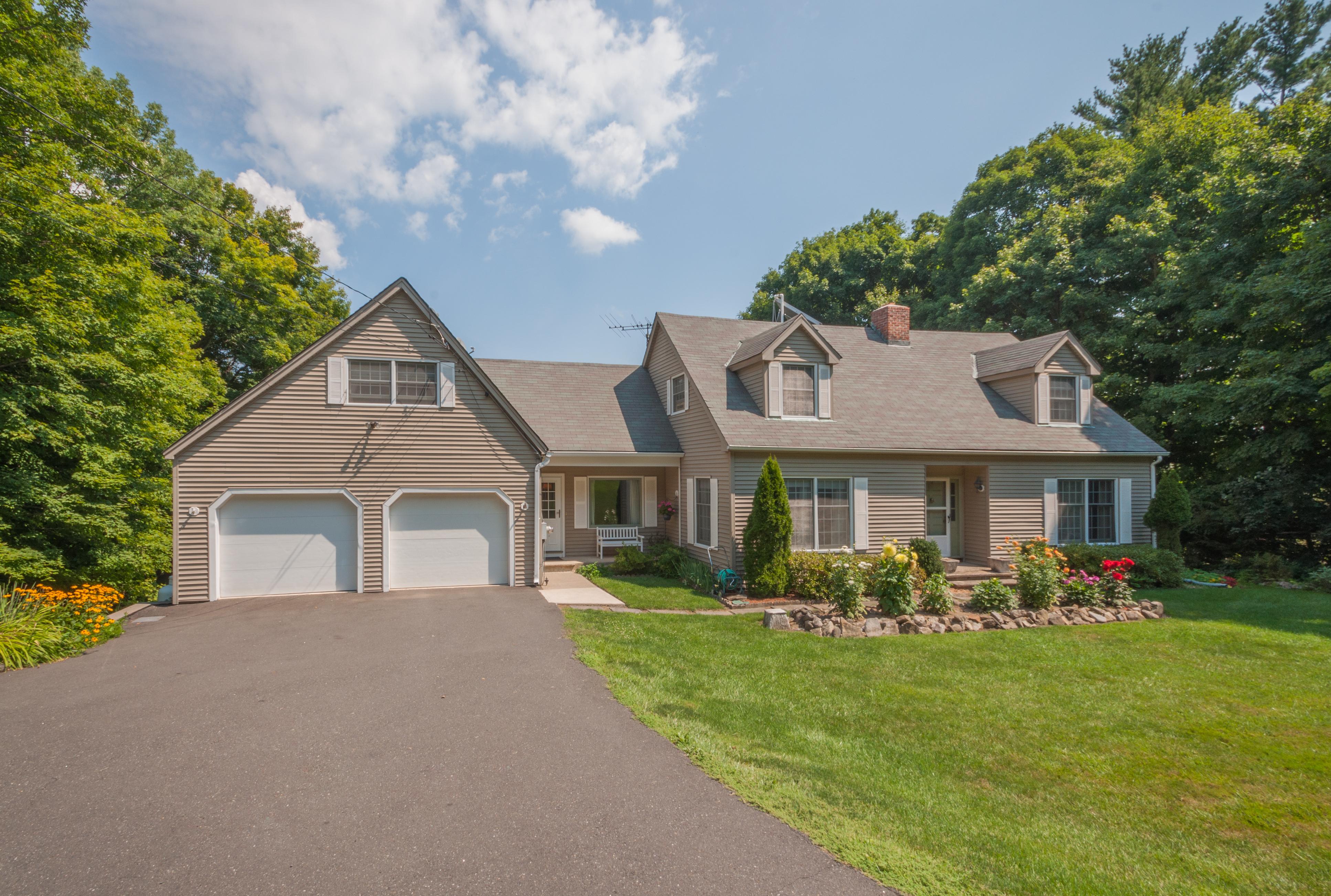 Casa para uma família para Venda às Spacious Custom Cape 153 Clapboard Ridge Road Danbury, Connecticut 06811 Estados Unidos