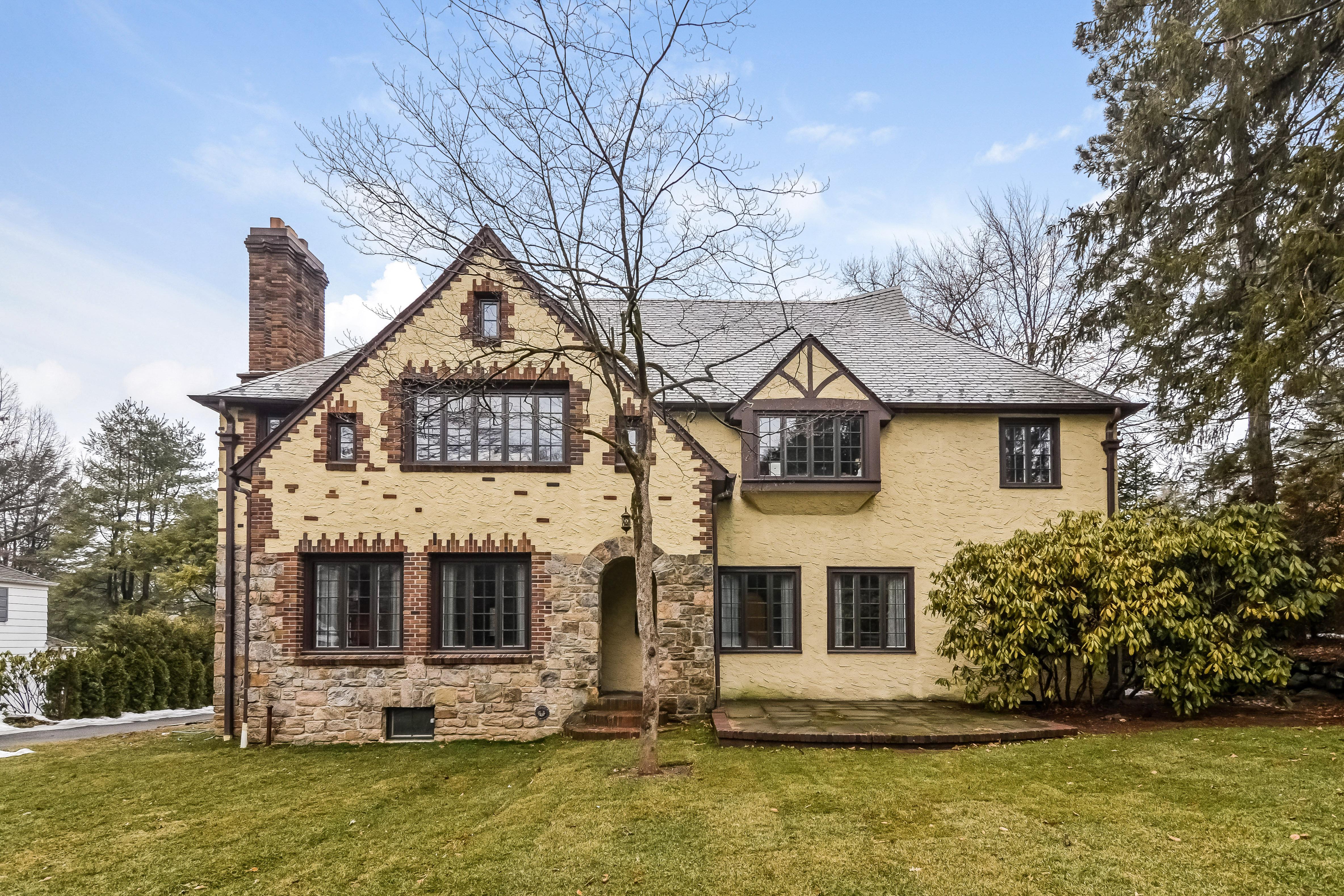 Casa para uma família para Venda às Grand Fox Meadow Tudor 7 Paddington Road Scarsdale, Nova York 10583 Estados Unidos