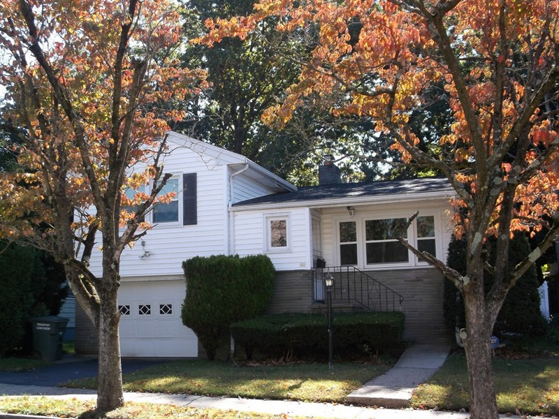 Casa Unifamiliar por un Venta en Well Maintained, Spacious Split Level Home 41 Fern Street Bridgeport, Connecticut 06606 Estados Unidos