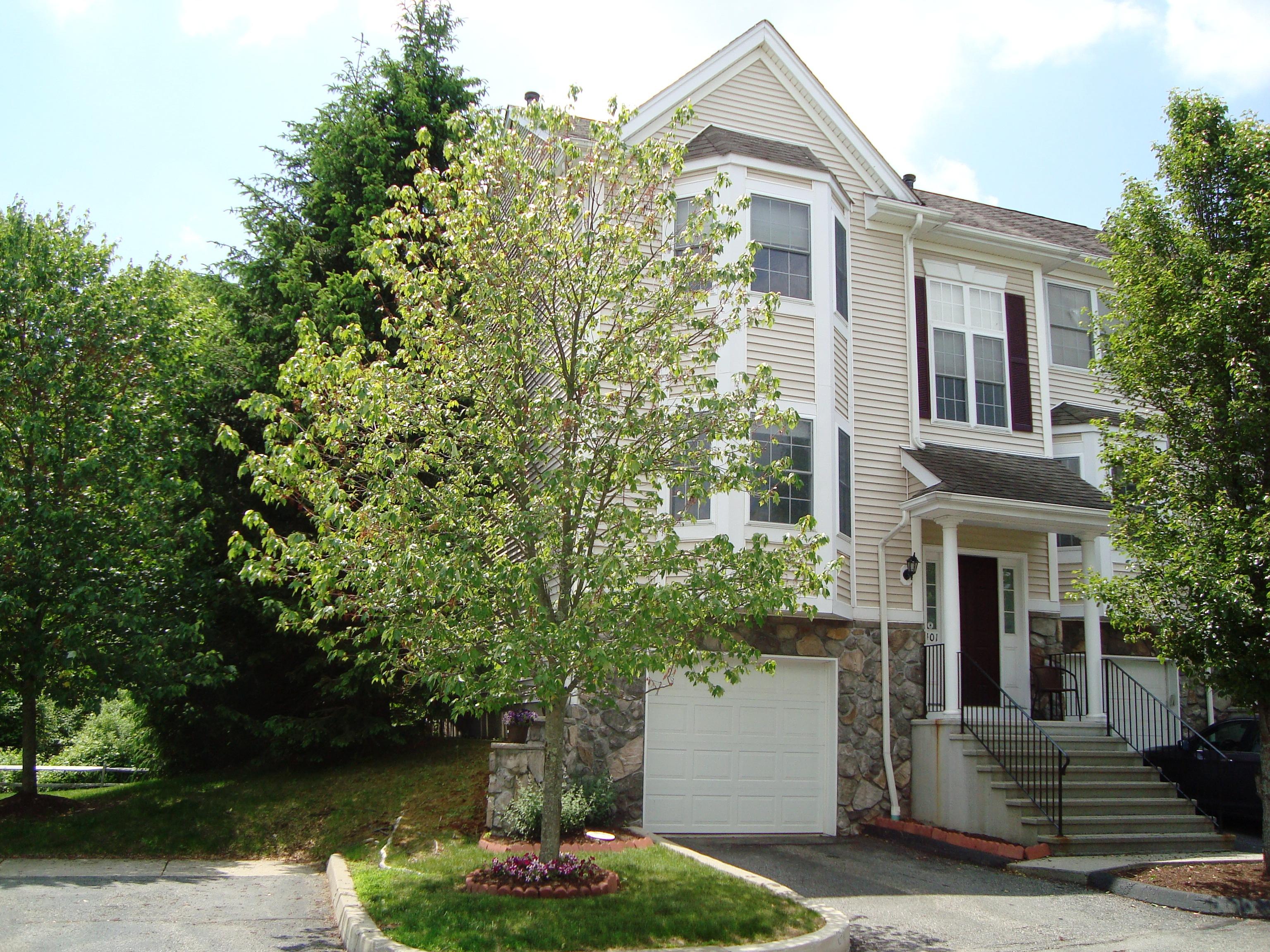 Nhà phố vì Bán tại Townhouse With A Scenic View 401 Larson Drive 401 Danbury, Connecticut 06810 Hoa Kỳ