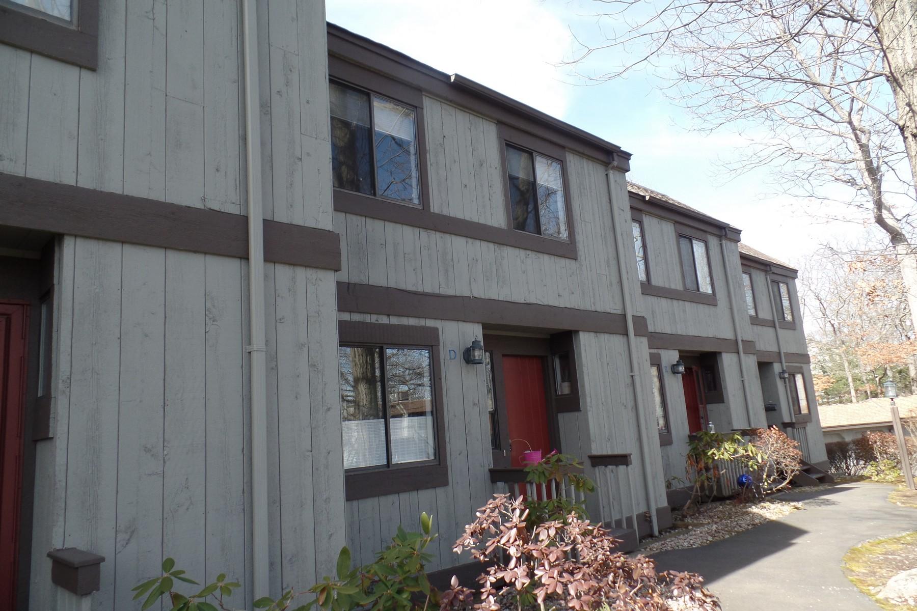 pour l Vente à Wonderful Two Bedroom Townhouse in Quiet Wooded Setting 21 Harbour Village D Branford, Connecticut, 06405 États-Unis