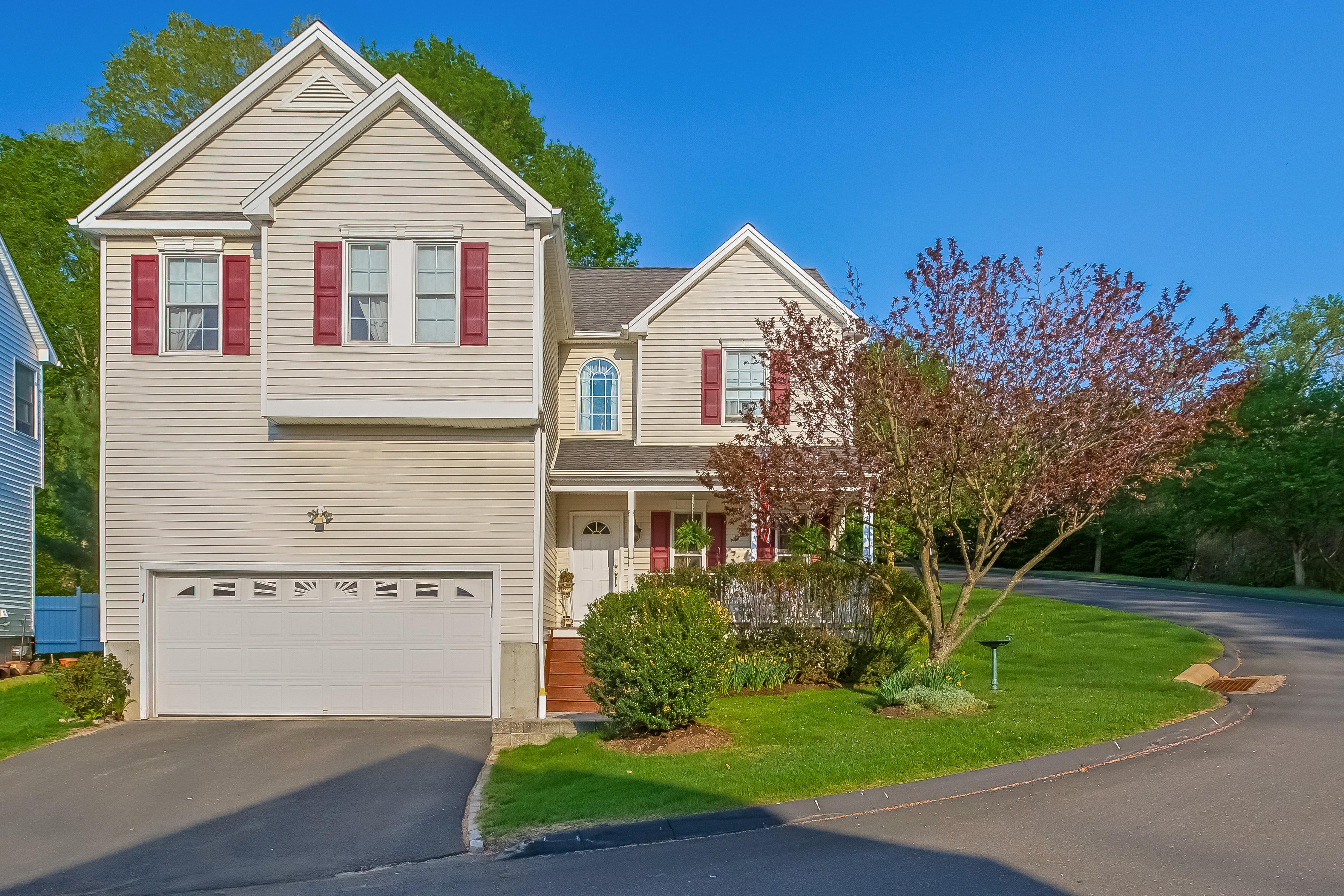 Condomínio para Venda às 4 Bedroom Home in Small, Private Enclave 1 Edgewater Circle 1 Danbury, Connecticut 06810 Estados Unidos