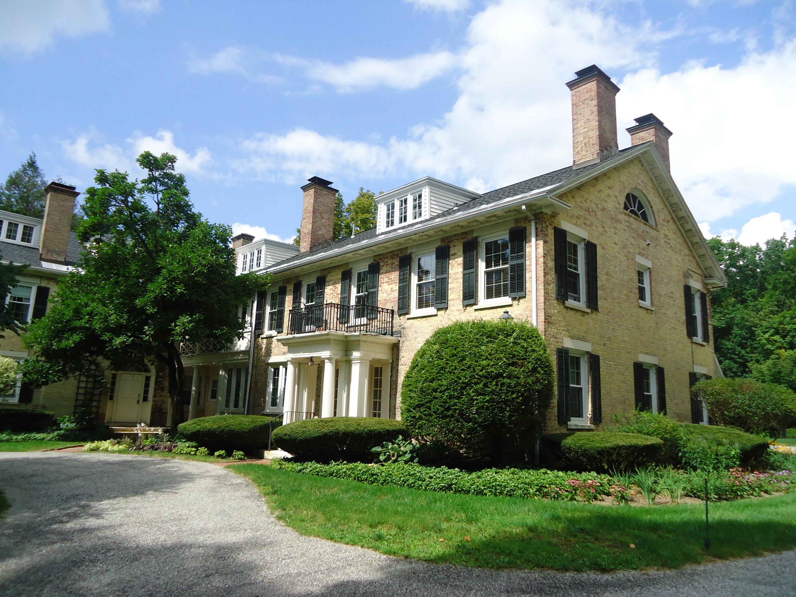共管式独立产权公寓 为 销售 在 Sweet 2 Bedroom Condo Close to Town 57 Main St 3 克布里奇, 马萨诸塞州 01262 美国