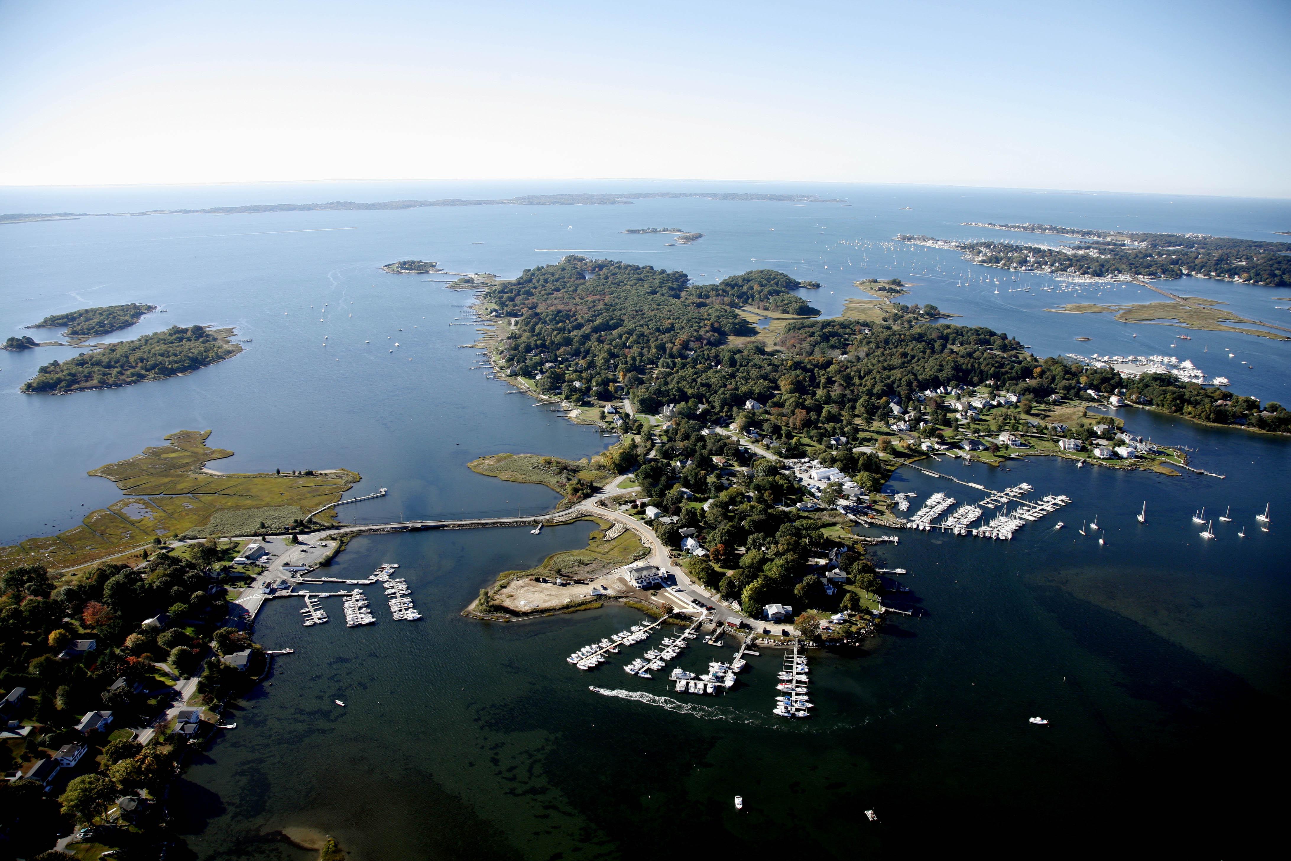 Terreno por un Venta en Waterfront Masons Island Home 19 Chippechaug Trl Stonington, Connecticut 06355 Estados Unidos