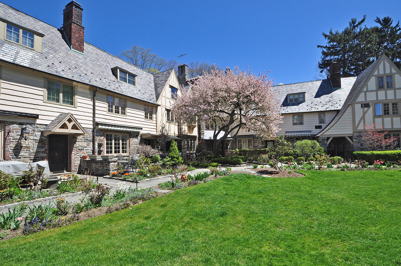 Einfamilienhaus für Verkauf beim Elegant Village Townhouse 6 Merestone Terrace Bronxville, New York, 10708 Vereinigte Staaten