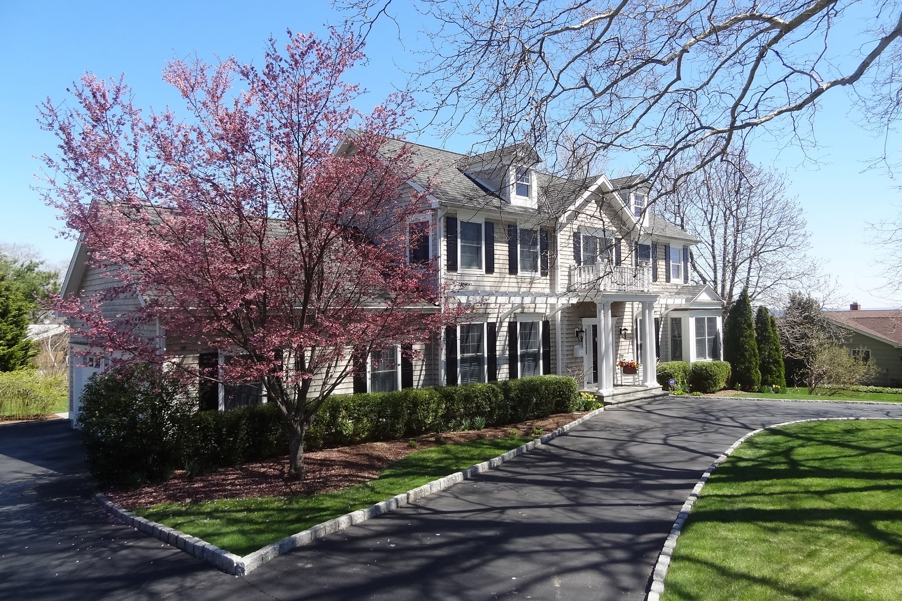 Moradia para Venda às Spectacular Nantucket Style Colonial Overlooking L.I. Sound in St. Mary's by the 35 Battery Park Drive Bridgeport, Connecticut, 06605 Estados Unidos