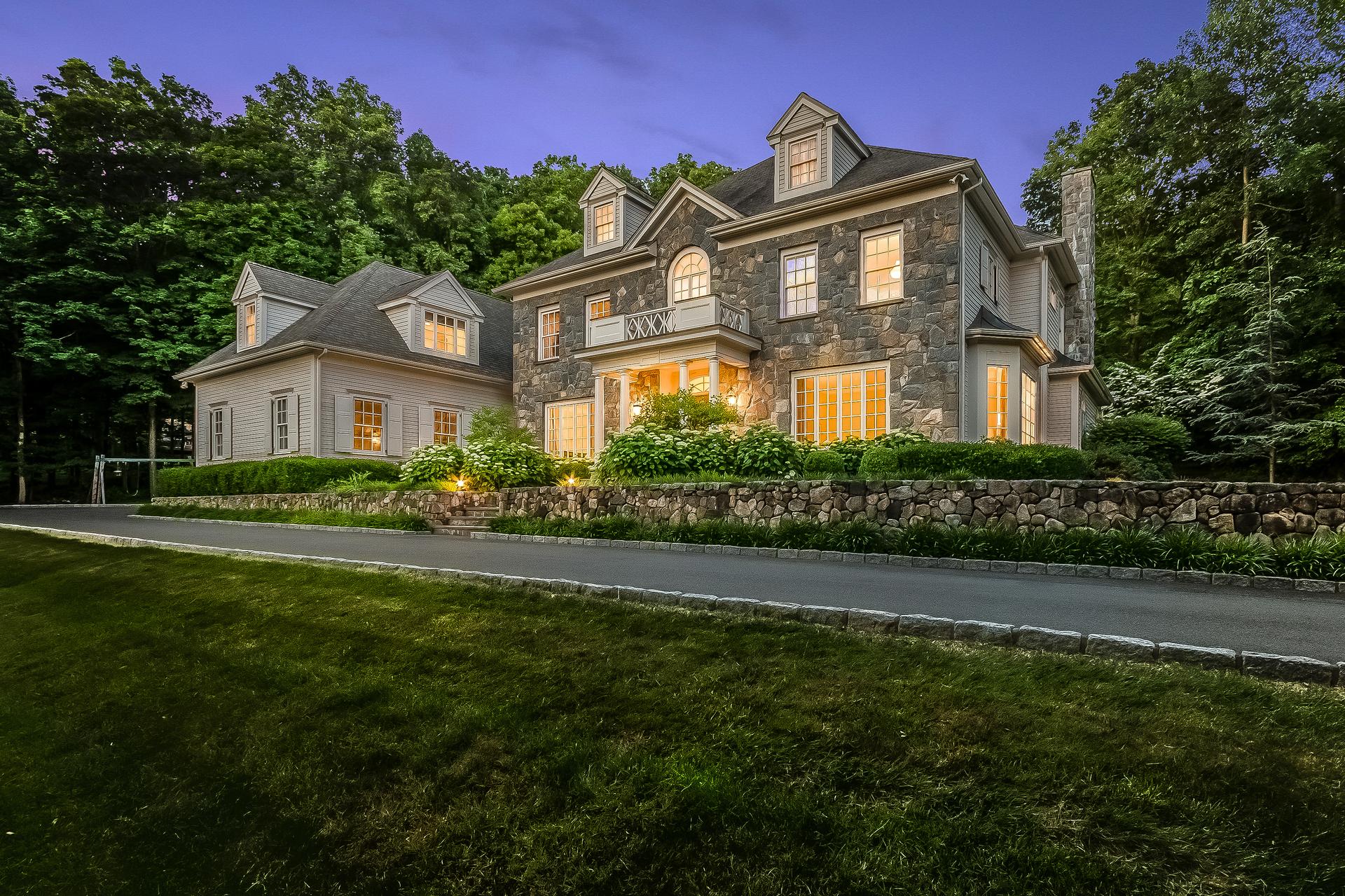 단독 가정 주택 용 매매 에 Sophisticated, Private and Serene 28 Pheasant Hill Road Weston, 코네티컷, 06883 미국