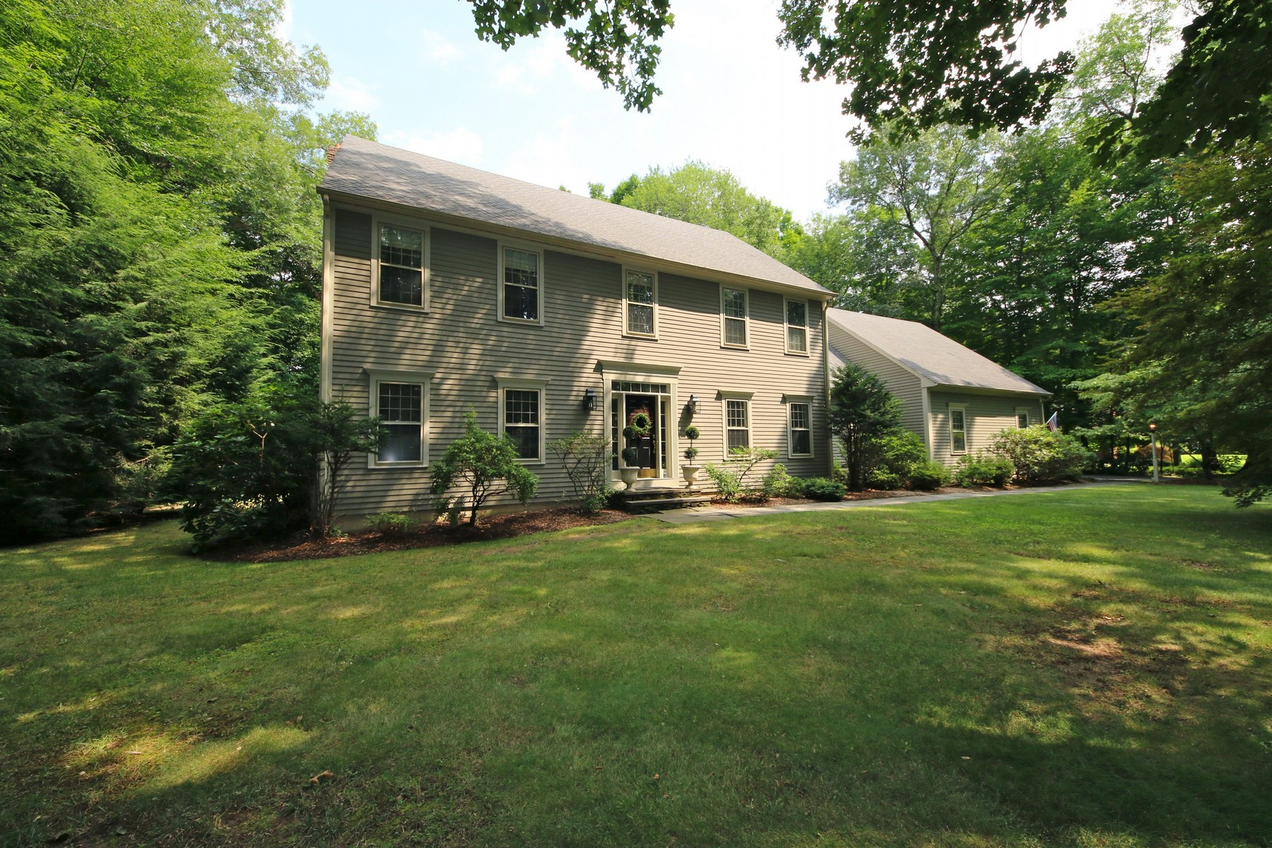 Vivienda unifamiliar por un Venta en Colonial in Sought-after Hunters Ridge 27 Hunters Ridge Road Southbury, Connecticut, 06488 Estados Unidos