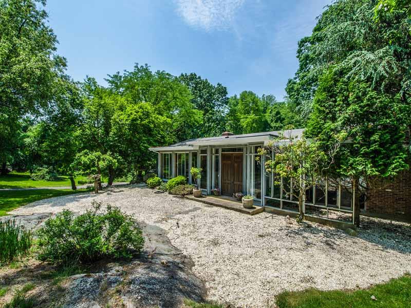 Einfamilienhaus für Verkauf beim Tranquil & Spacious Contemporary 21 Hilltop Road Norwalk, Connecticut 06854 Vereinigte Staaten