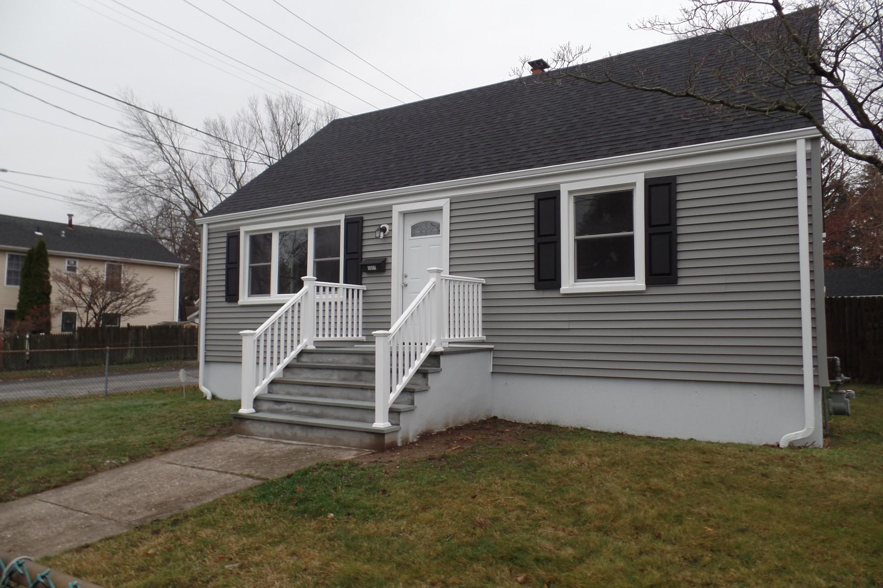 Tek Ailelik Ev için Satış at Updated Cape in Move In Condtion on Large Corner Lot 1377 Sylvan Avenue Bridgeport, Connecticut 06606 Amerika Birleşik Devletleri