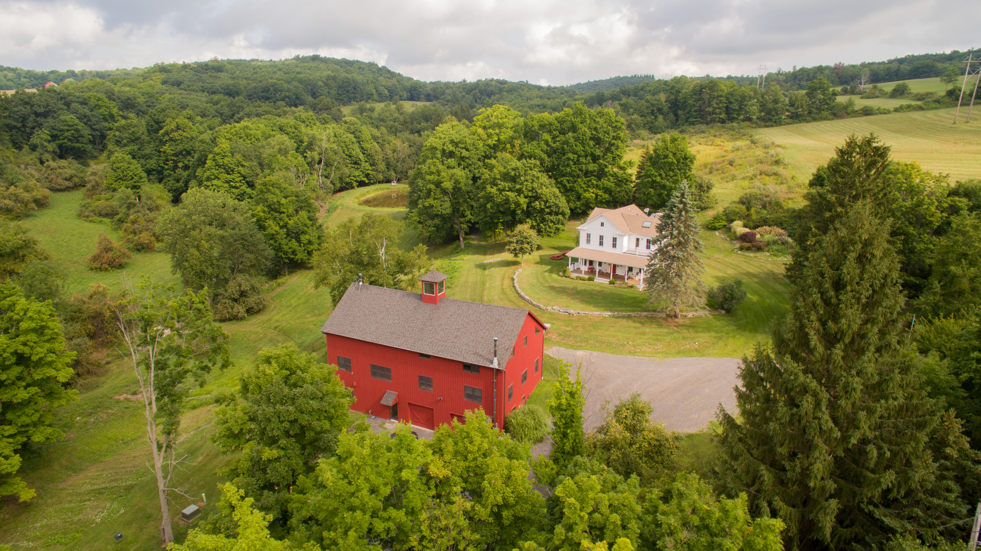 Casa Unifamiliar por un Venta en Farmhouse & Converted Barn on 50 Acres 153 Two Town Rd Hillsdale, Nueva York 12529 Estados Unidos